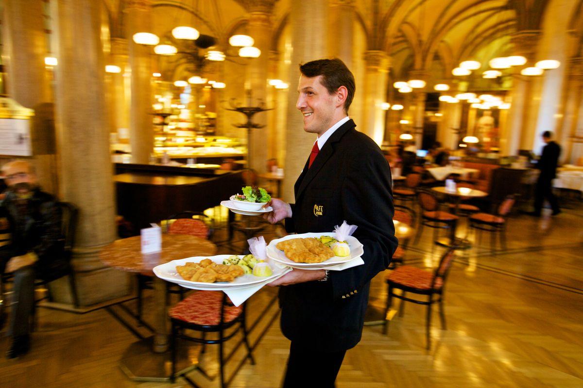Service im Café Central Wien