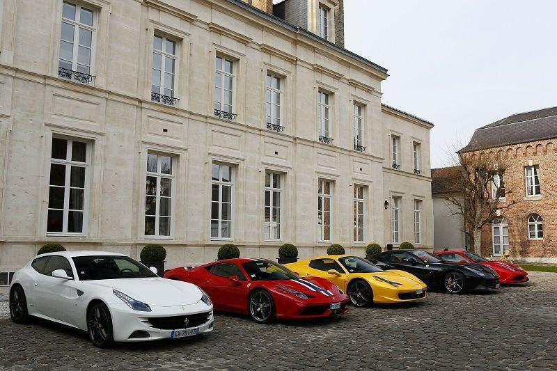 Ferrari vor dem Hôtel du Marc, Veuve Clicquots Privathotel in Reims