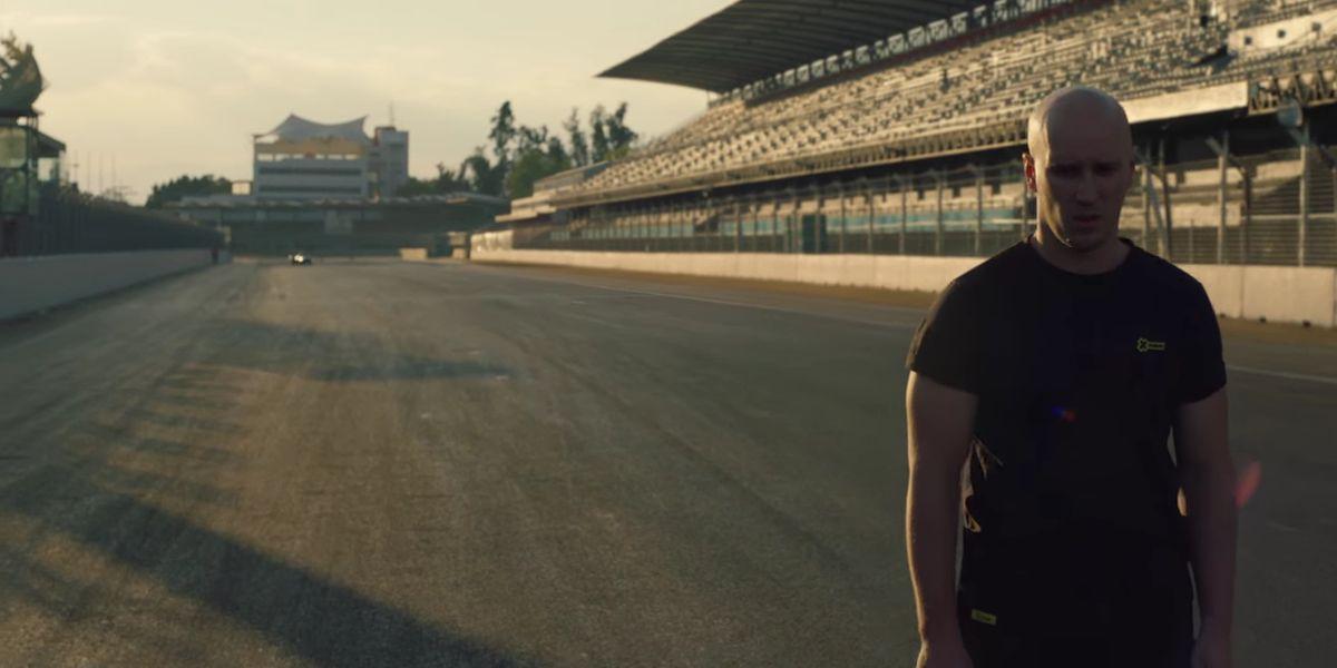Crazy: Damien Walters liefert Salto über Rennwagen ab