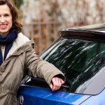 Tanya Neufeldt (aka Lucie Marshall) fährt Skoda