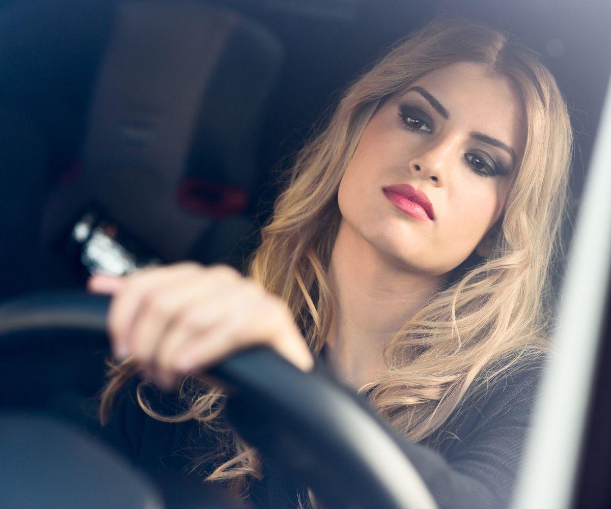Jede dritte Frau spricht mit ihrem Auto