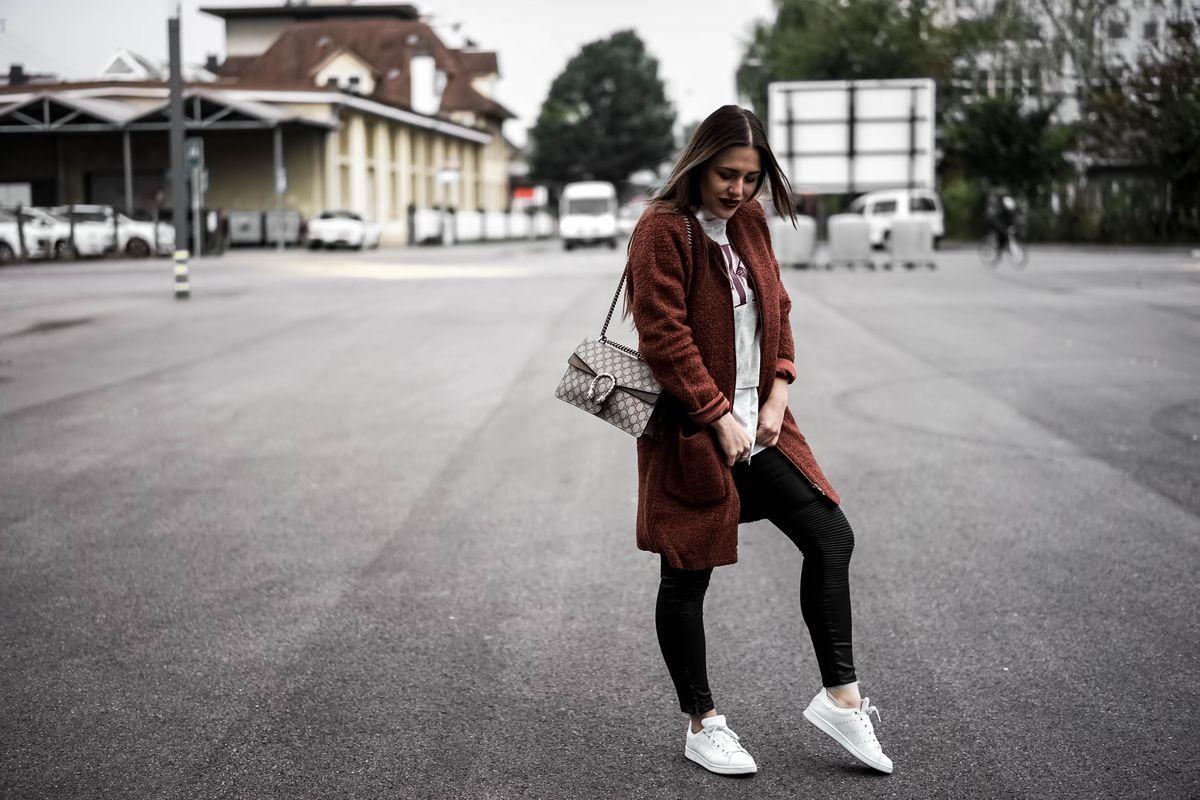 Sabrina, Verve Fashion Mantel und CK T-Shirt: About You / Weisses Hemd: Zara / Hose: H&M / Tasche: Gucci / Schuhe: Adidas