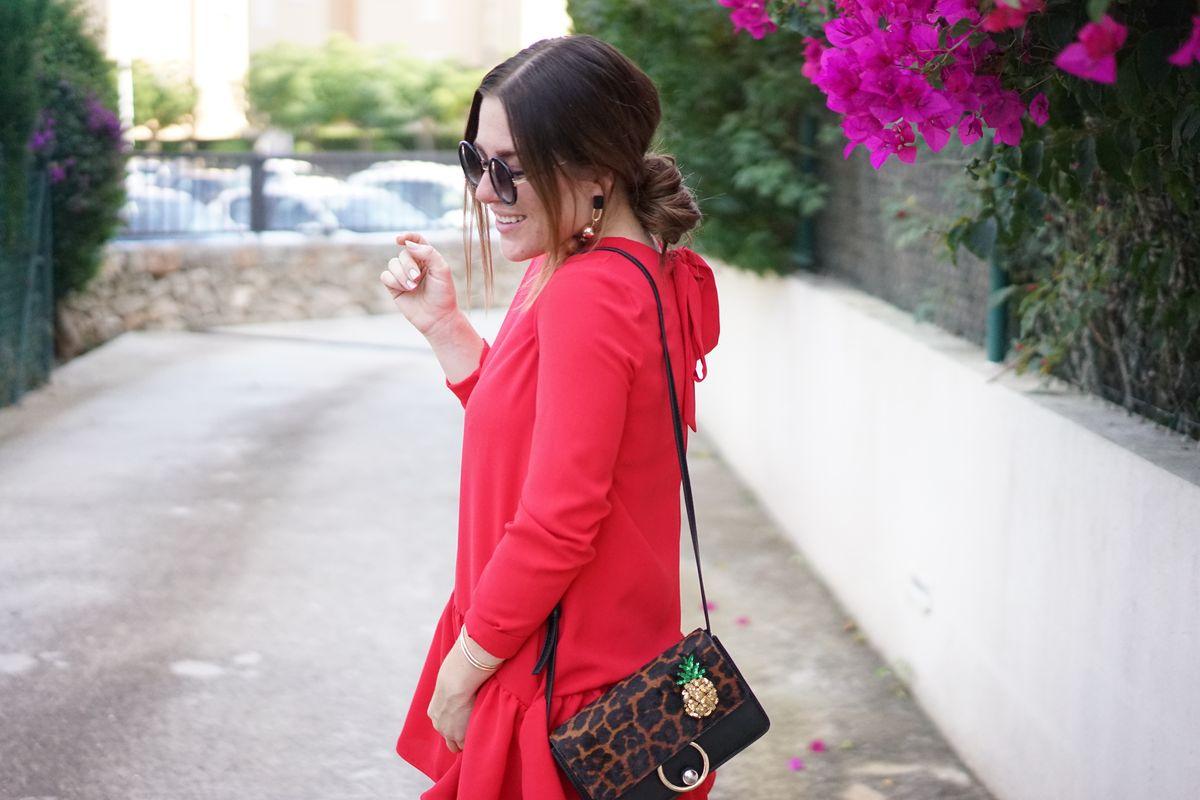 Sabrina, Verve Fashion Kleid: Zara / Tasche, Ohrringe und Ananas-Brosche: Mango Touch / Sonnenbrille: Stradivarius