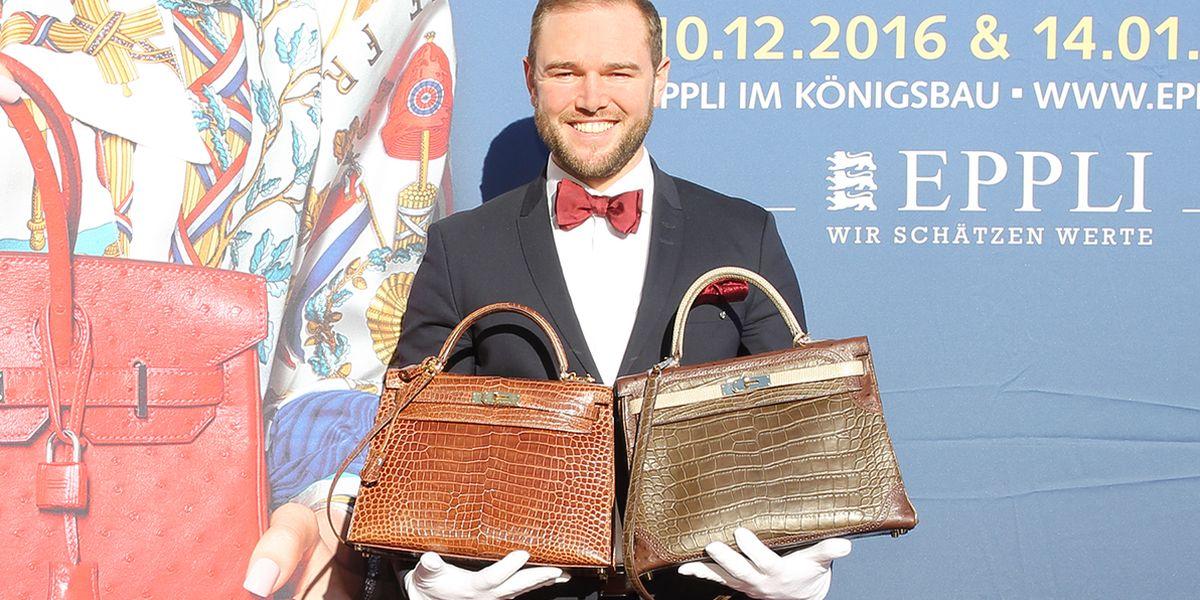 Auktionator Ferdinand B. Eppli zeigt die Kelly Bags