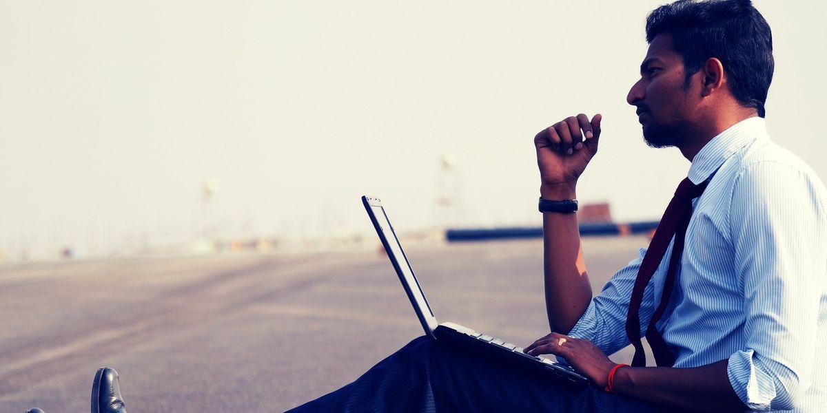 Digitale Nomaden: Männer und ihre Laptops auf Reisen