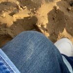 Blogger legt weiße Sneaker auf