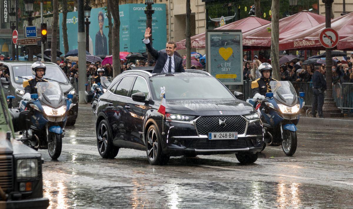 Emmanuel Macron winkt aus dem SUV