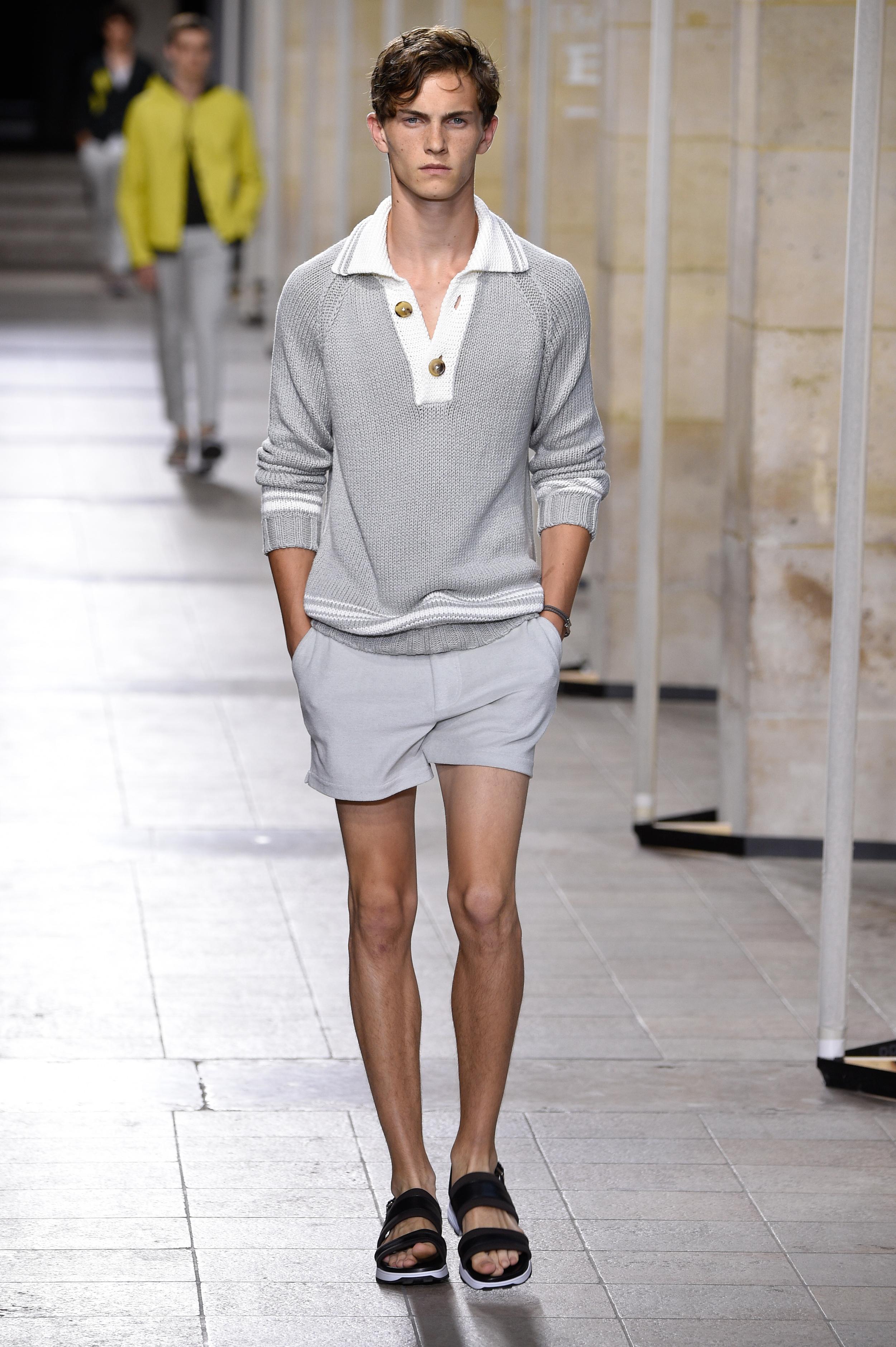 Paris Fashion Week Spring: Pullover und Sandaletten zu Shorts bei Hermès
