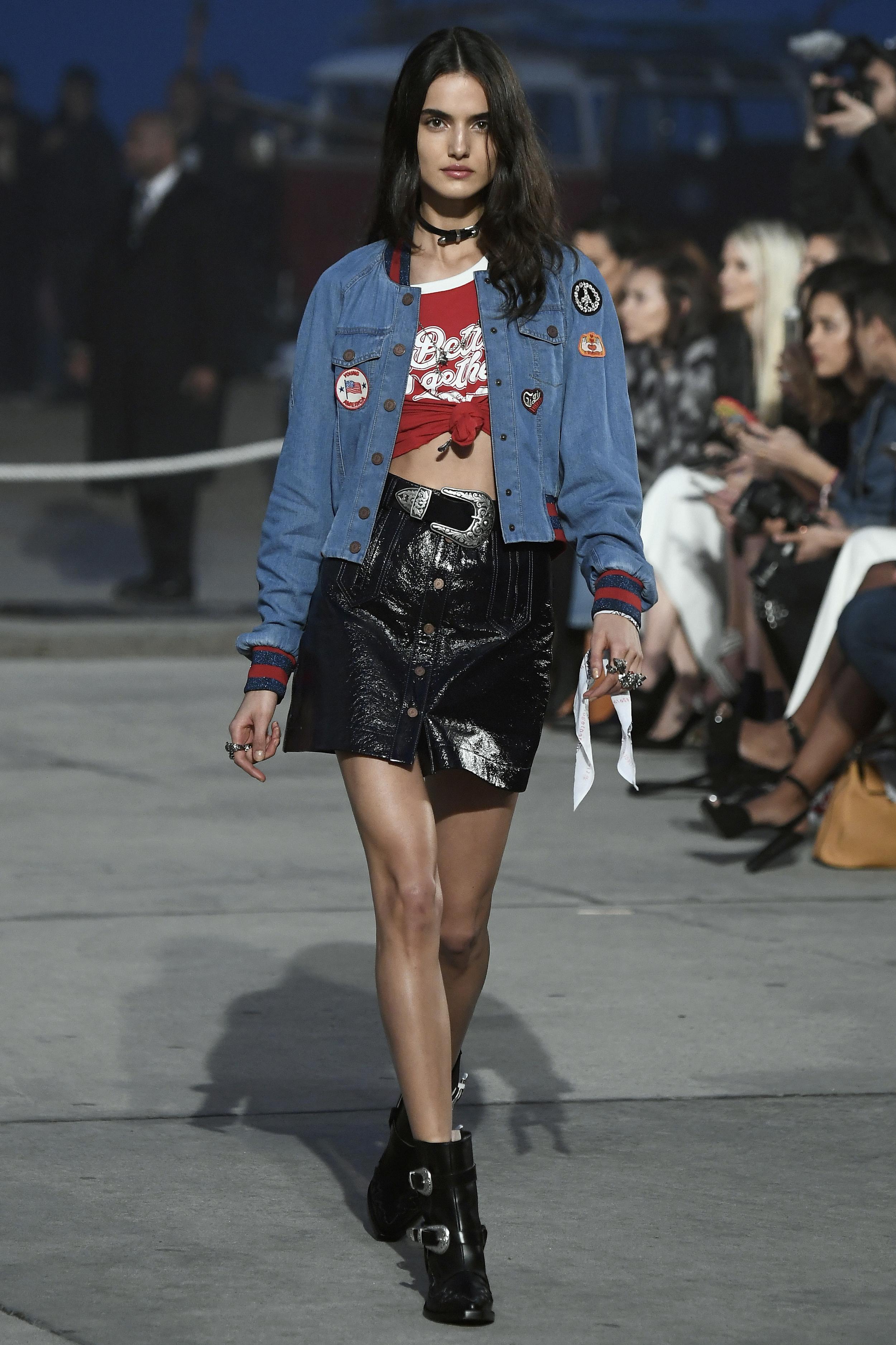 Bei einer Modenschau in Los Angeles präsentiert ein Model die Jeansjacke mit Patches aus der Kollektion von Tommy Hilfiger und Gigi Hadid
