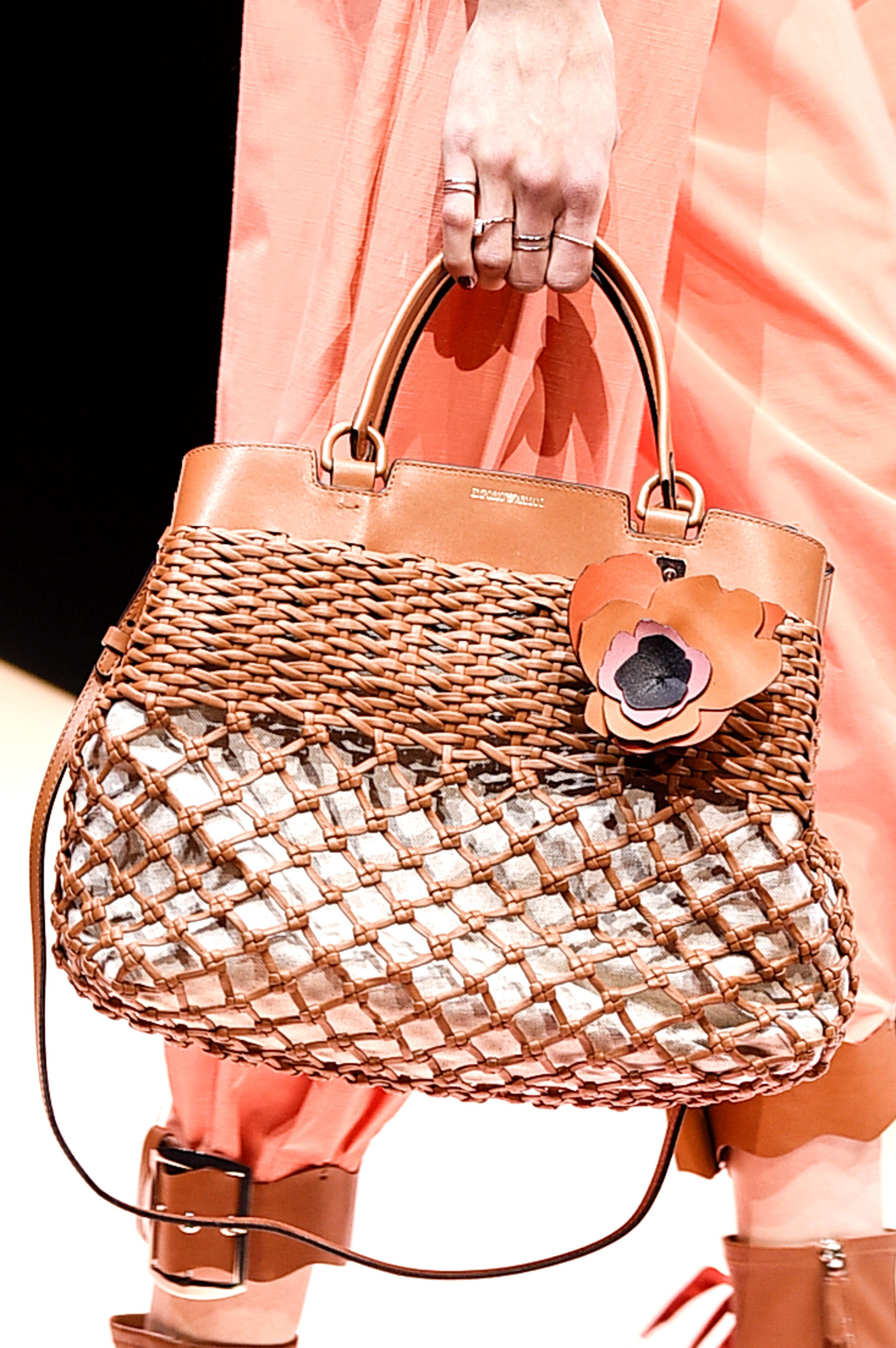 Milan Fashion Week Spring/Summer: Eine sommerliche Netztasche in der Show von Emporio Armani (ddp images)