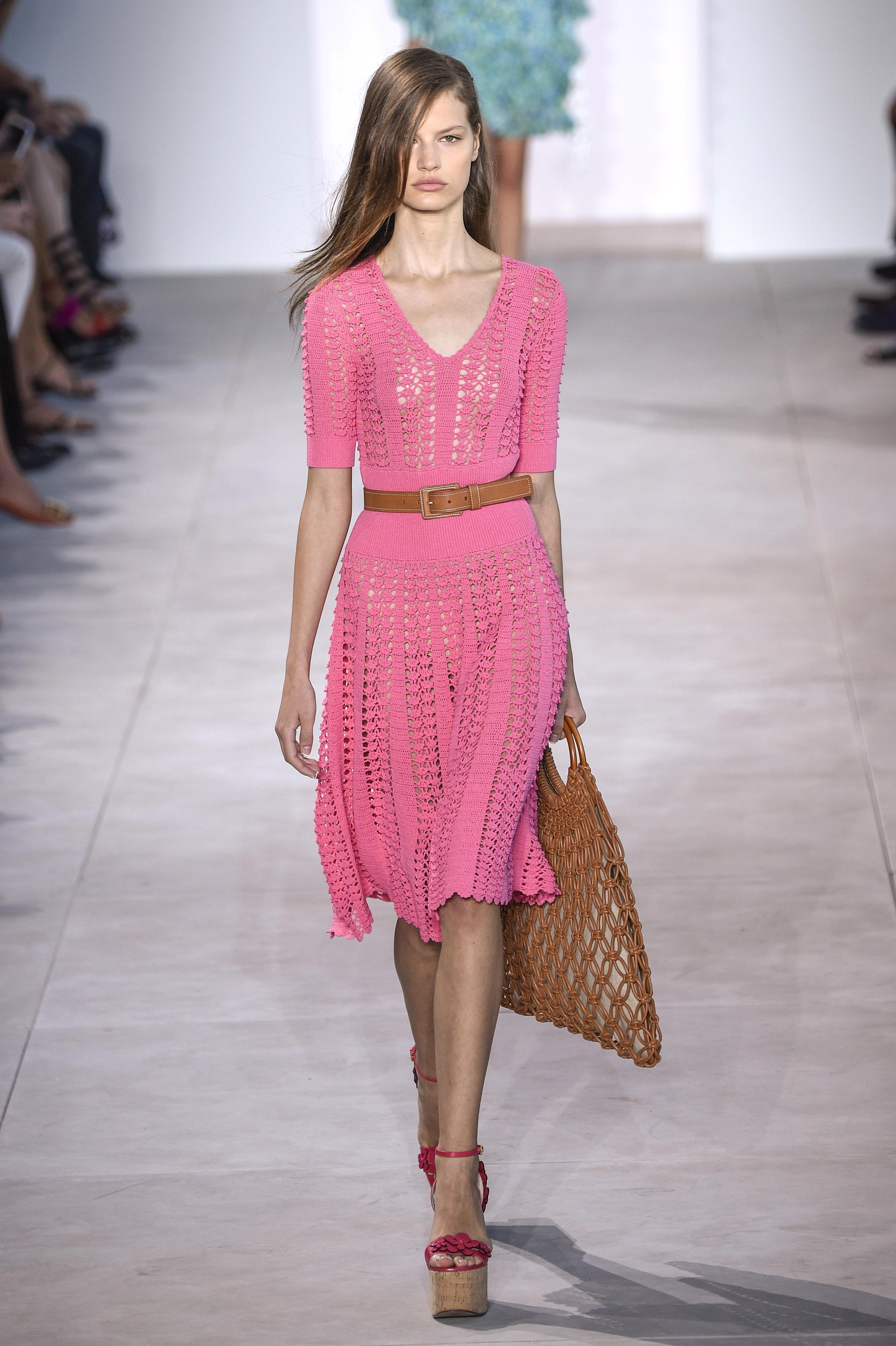 New York Fashion Week Spring/Summer: Michael Kors kombiniert die Netztasche zu einem knalligen Netzkleid (ddp images)