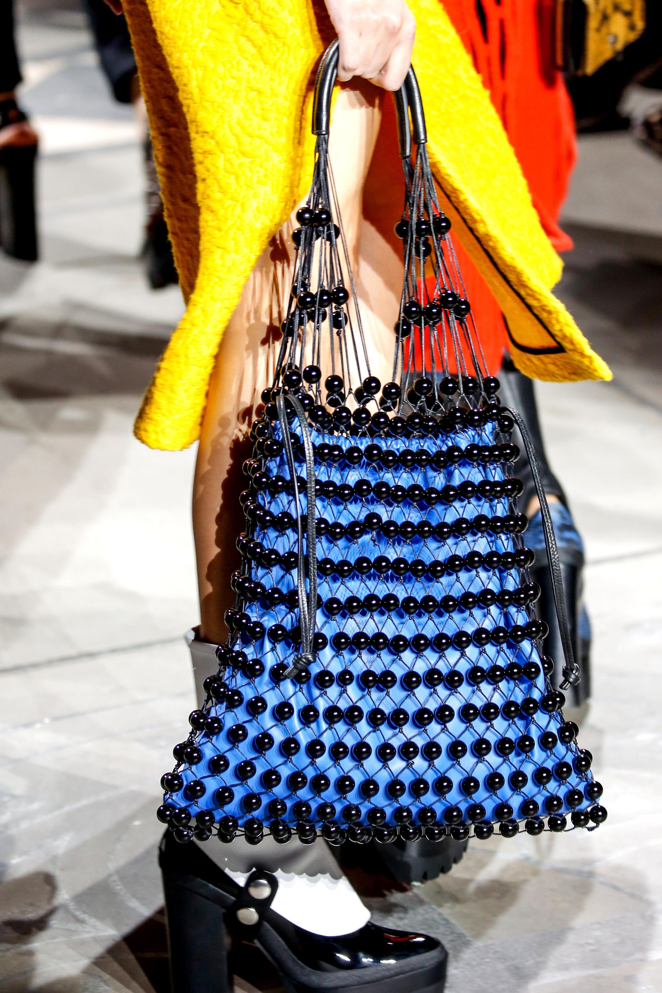 London Fashion Week Fall: Ein Model trägt eine perlenverzierte Netztasche auf dem Laufsteg bei Mulberry (ddp images)