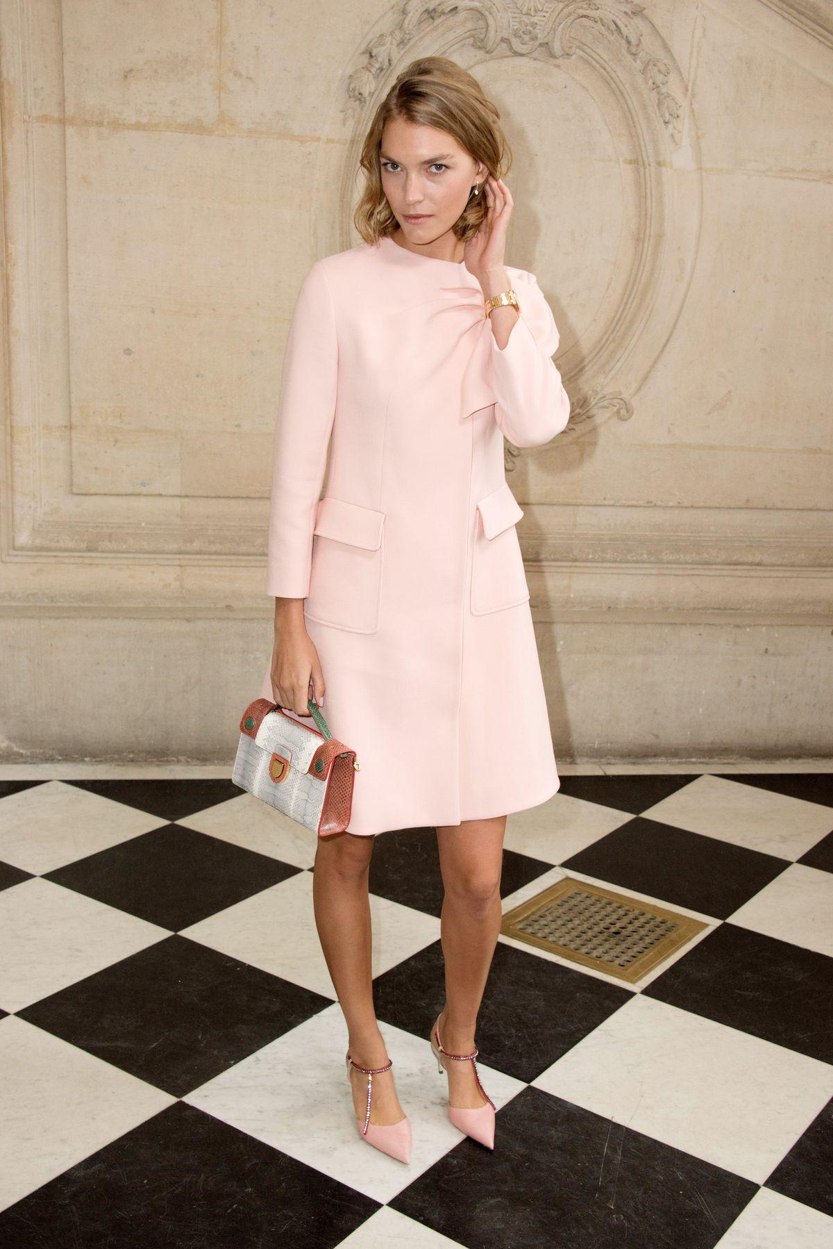 Perfektes Ensemble: Die kleine Handtasche passt wunderbar zu Kleid und Pumps von Arizona Muse, alles Dior