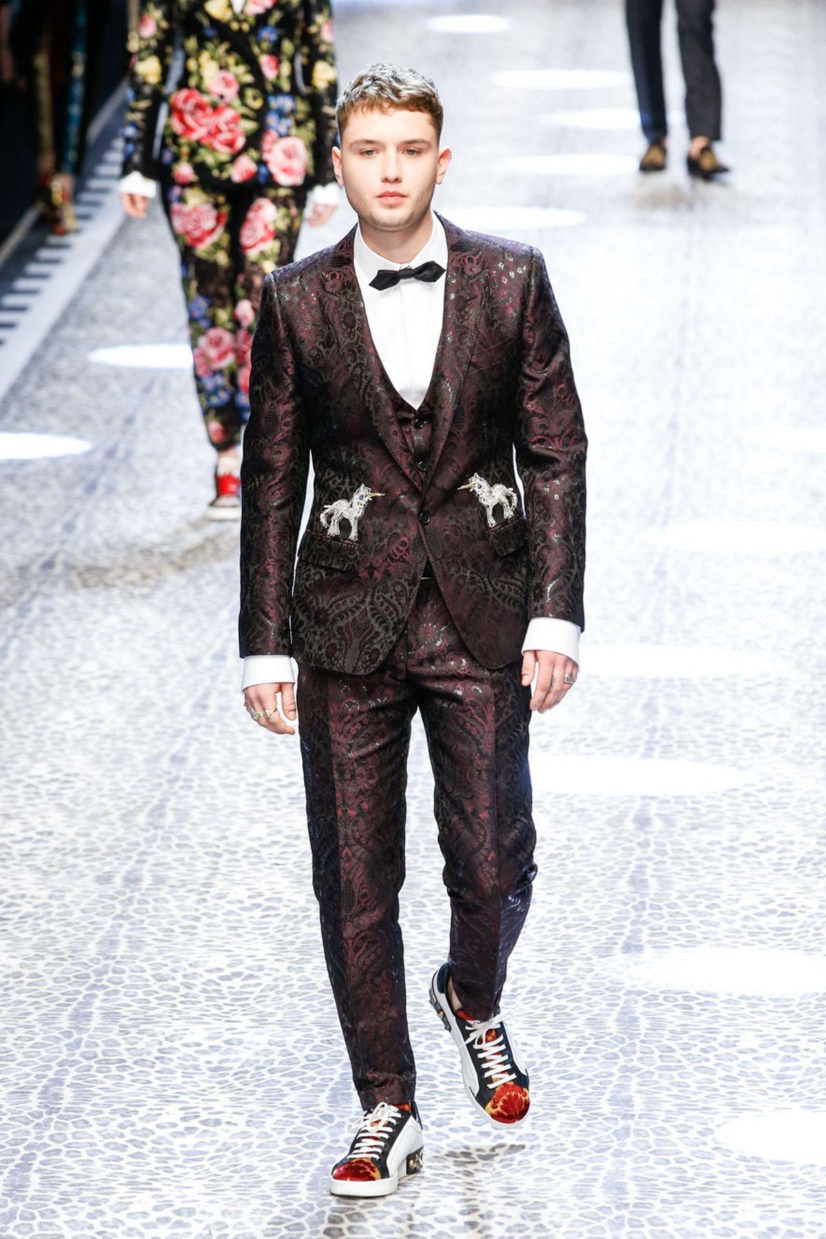 Milan Ready to Wear Fall/Winter 2017: Dolce & Gabbana kleiden Rafferty Law in feinem Zwirn UND sportlichen Sneakern