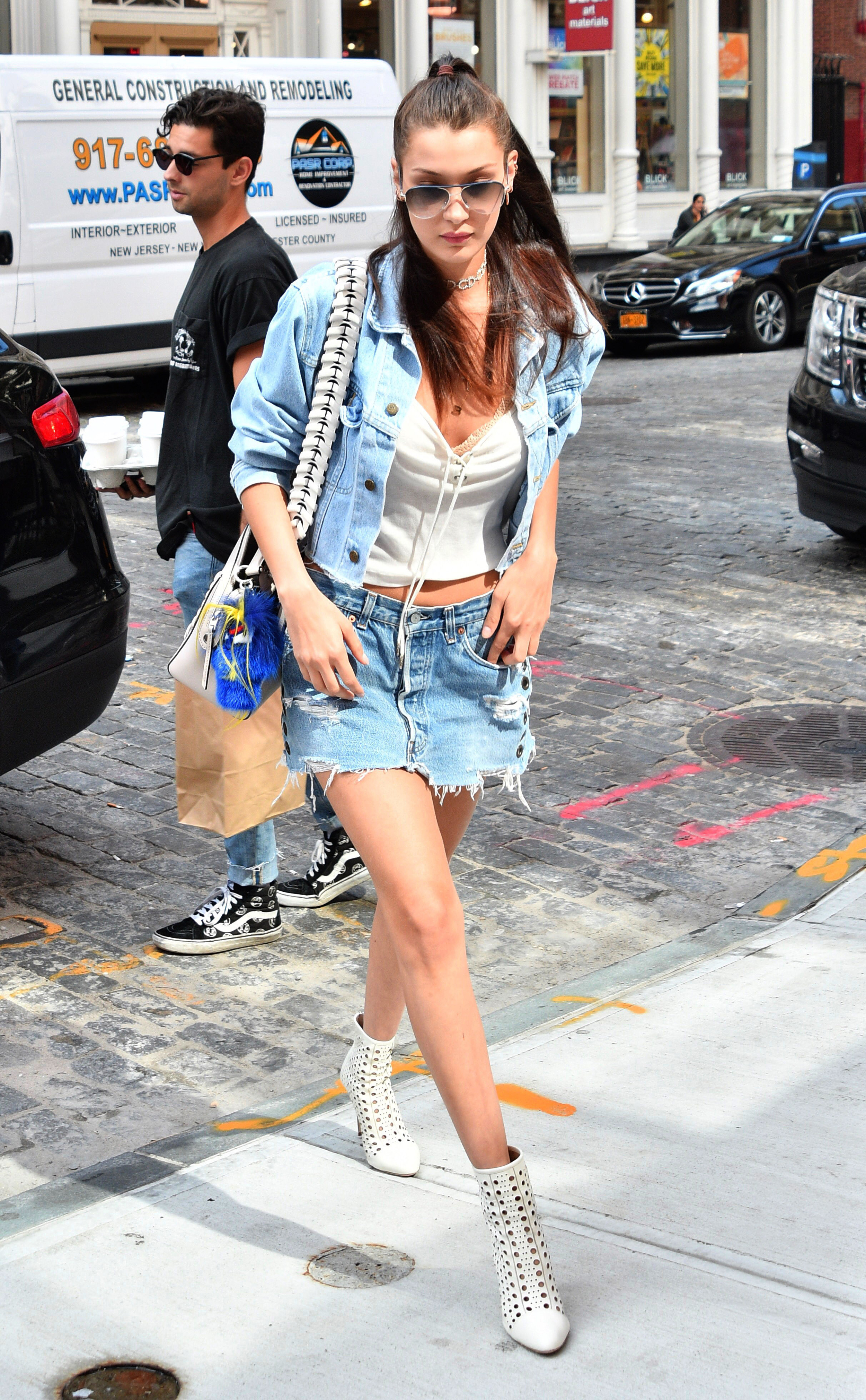 """Bella Hadid trägt angesagte cremeweiße """"Crossline""""-Lasercut-Stiefel von Tamara Mellon (ddp images)"""