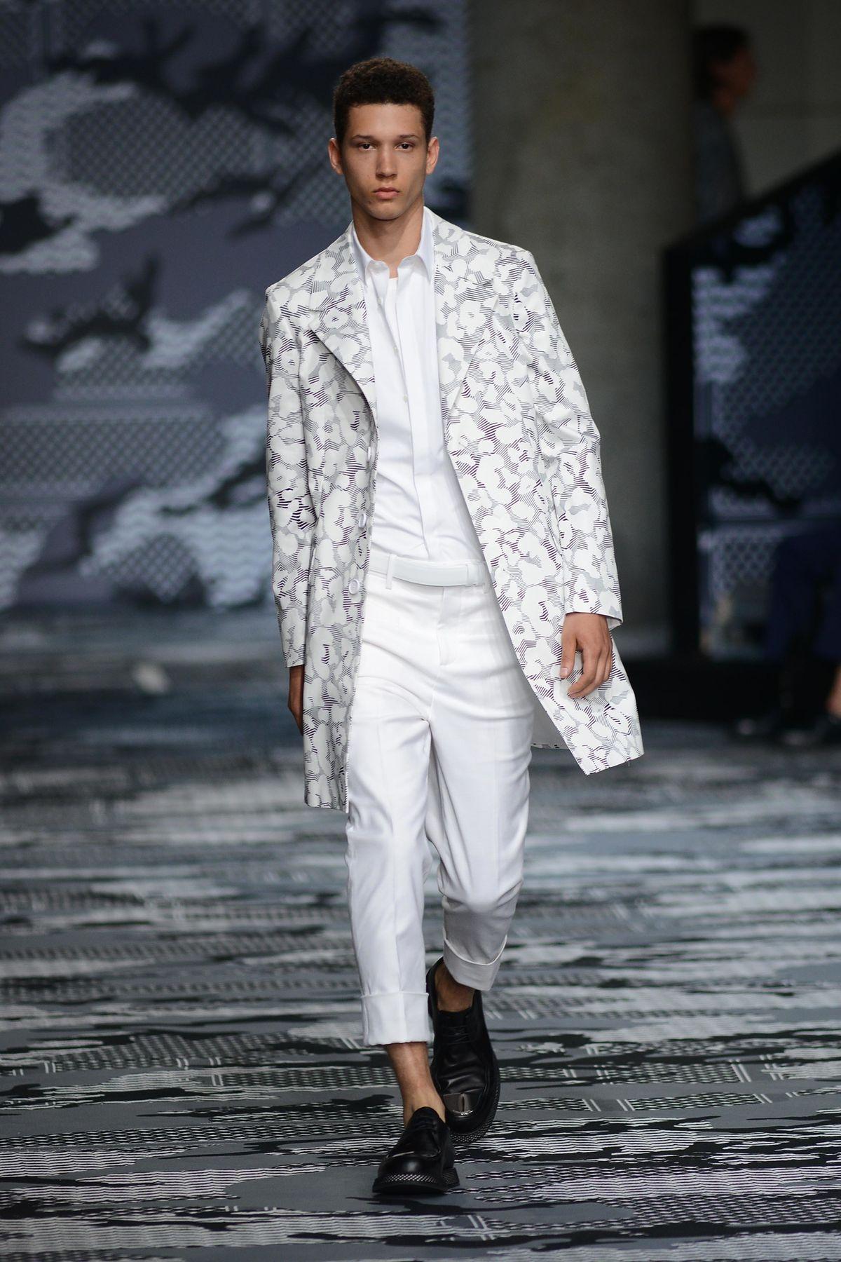 Mantel und Sommer? Das geht, wie Neil Barrett bei der Milan Men's Fashion Week Spring/Summer zeigte (ddp images)