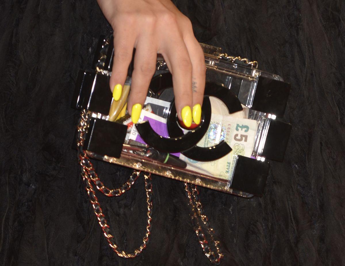 Die kleine Chanel-Tasche verbirgt nicht viel – man kann also ganz bewusst Dinge zur Schau tragen, wenn man das möchte (ddp images)