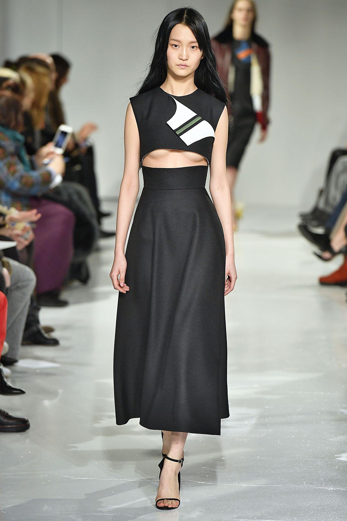 Dieses Kleid mit Underboob-Cut-Out in Kombination mit High Waist-Rock ist ein echter Hingucker bei Calvin Klein