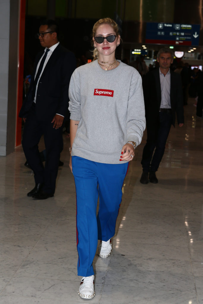 Chiara Ferragni in Paris mit Supreme Pullover und Gucci Sneakern
