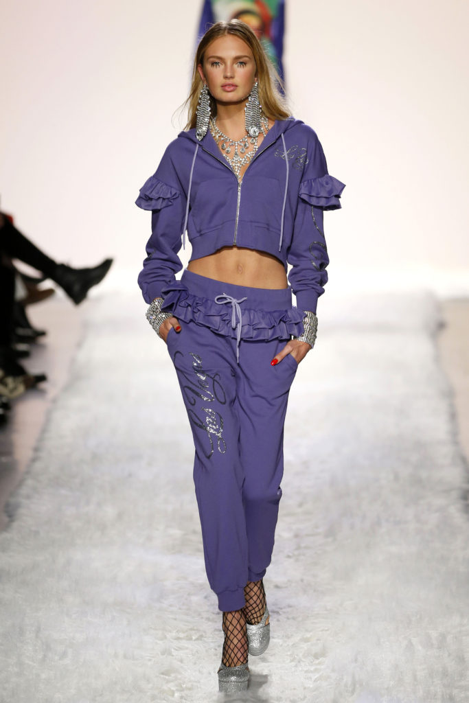 New York Fashion Week: Romee Strijd in einem bauchfreien Jogginganzug von Jeremy Scott