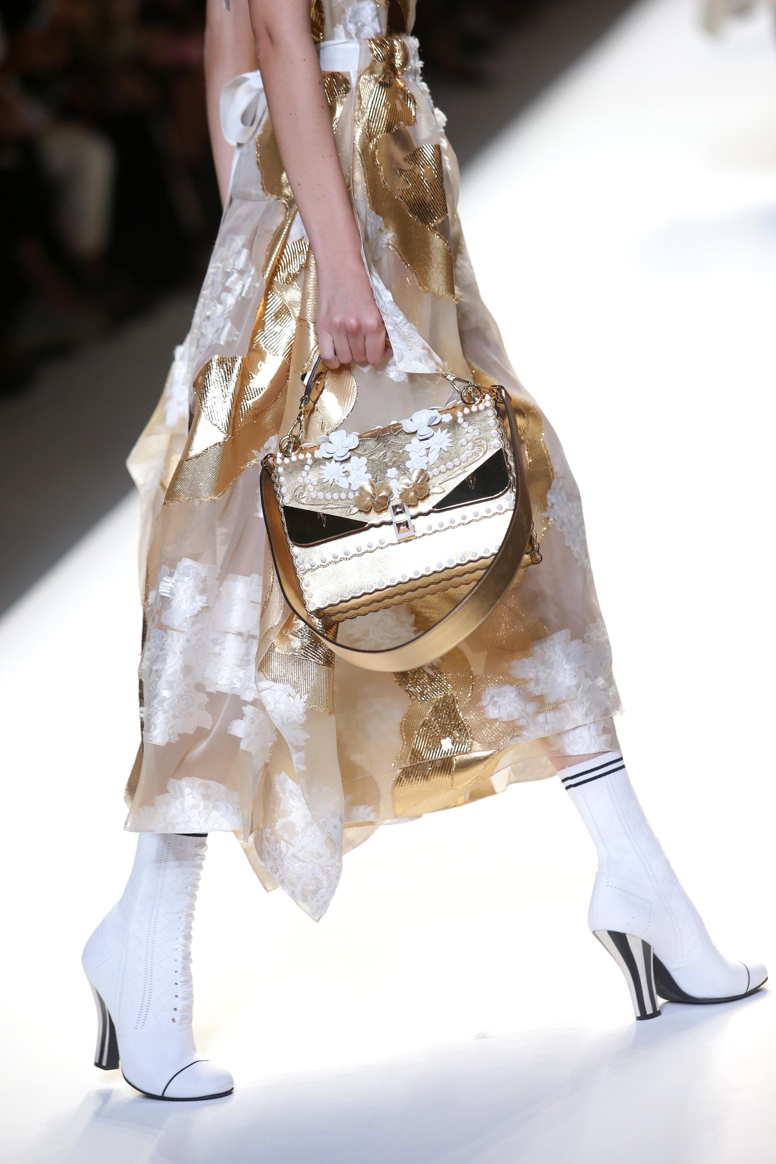 Mailand Fashion Week Spring: Eine goldfarbene Metallic-Handtasche auf dem Laufsteg von Fendi (ddp images)
