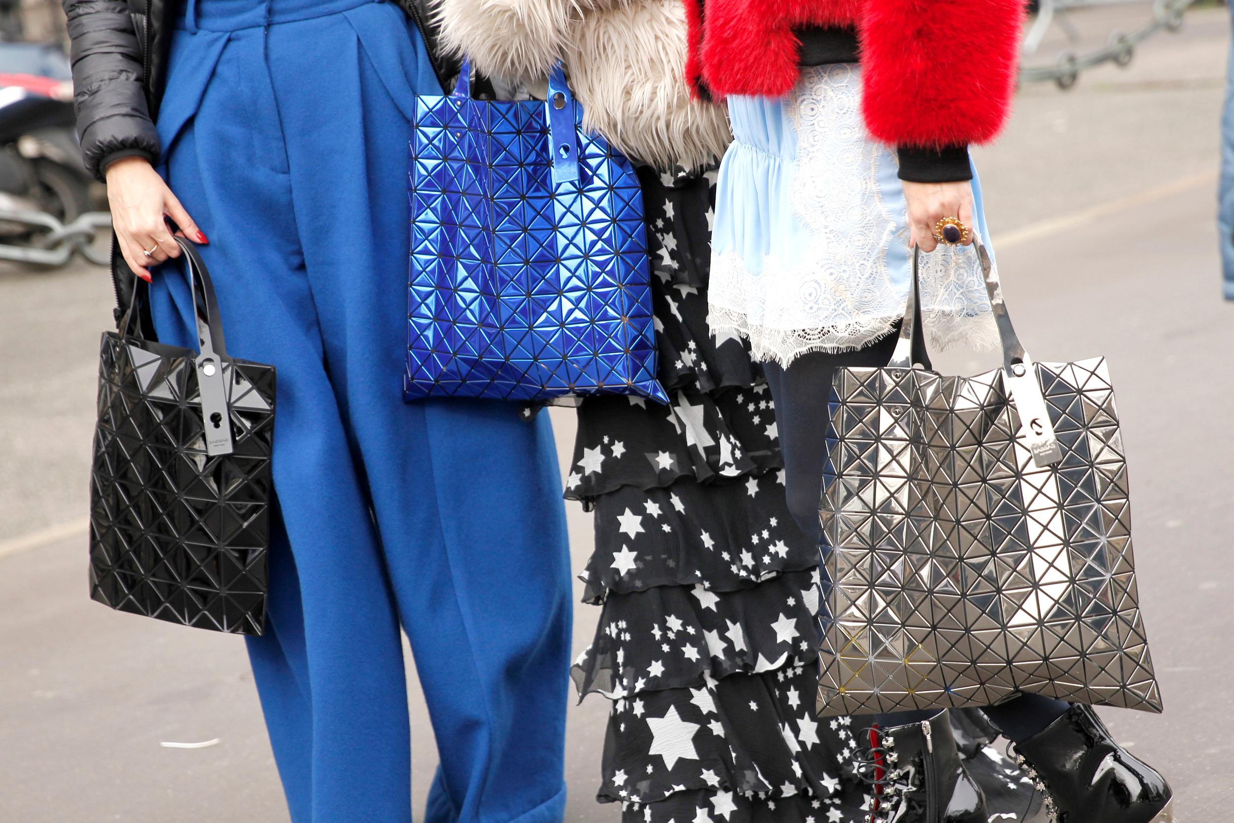 Paris Fashion Week Fall: Street Style mit den glänzenden Bao Bao-Taschen von Issey Miyake (ddp images)