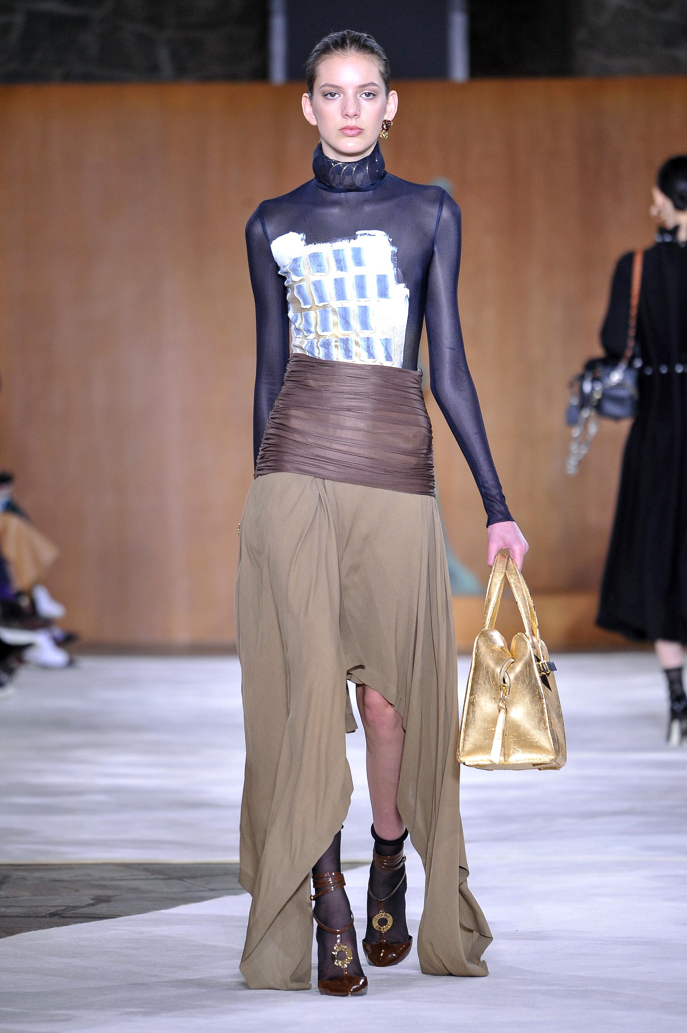 Paris Fashion Week Fall: Goldene Hingucker-Handtasche auf dem Catwalk von Loewe (ddp images)