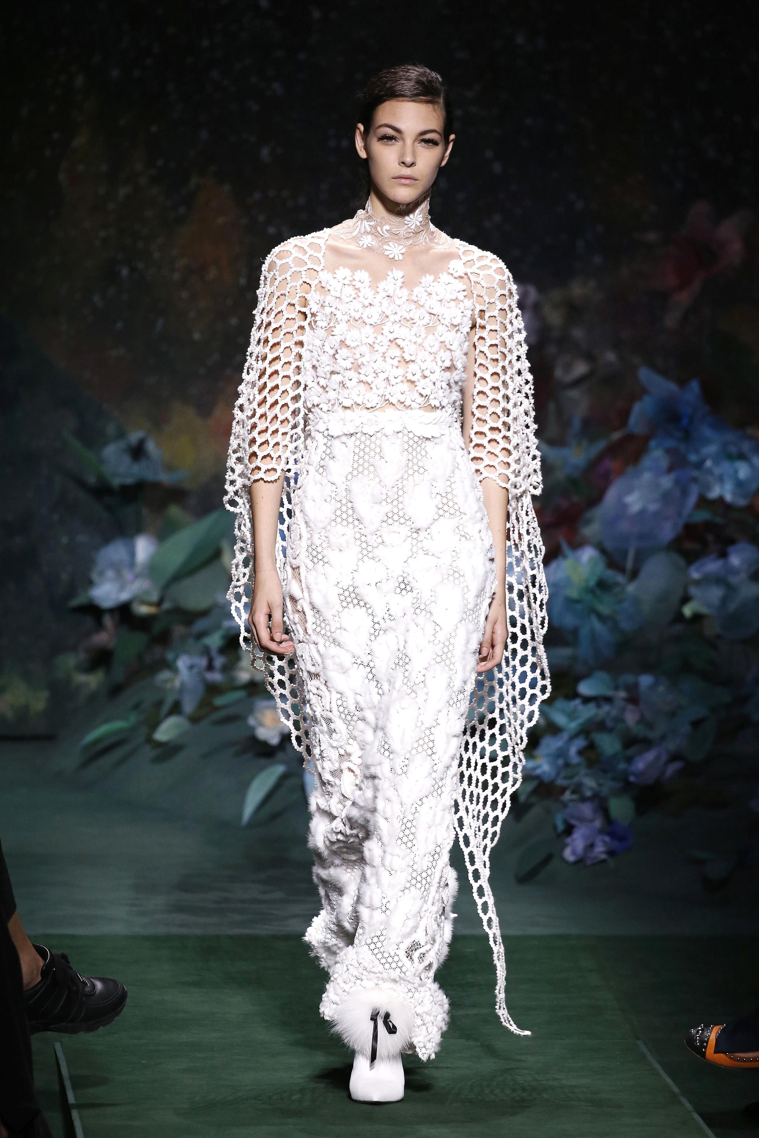 Paris Haute Couture Fall/Winter: Ein Model mit zarter Stickerei auf ihrem Jumpsuit in der Fendi Show