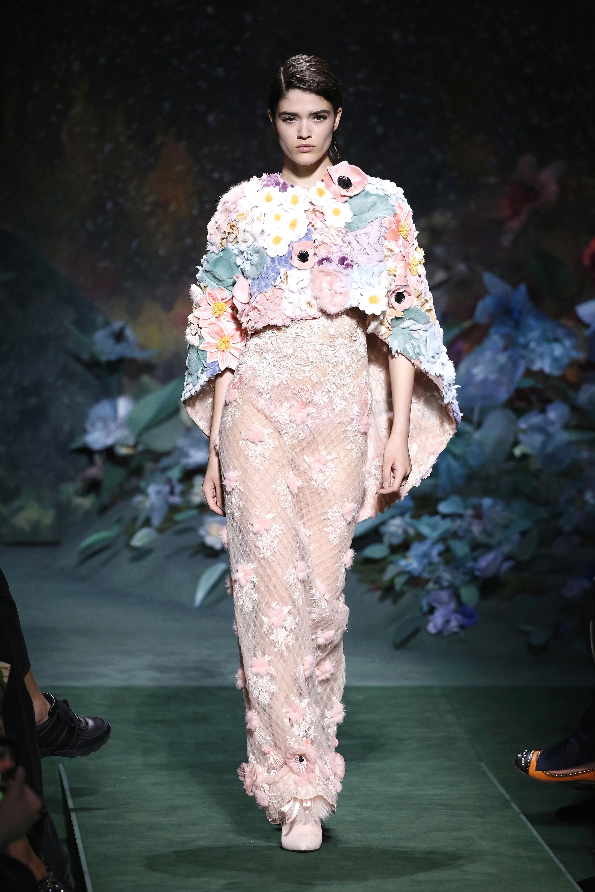 Paris Haute Couture Fall/Winter: Ein Model mit zarter Stickerei auf ihrem Kleid in der Fendi Show