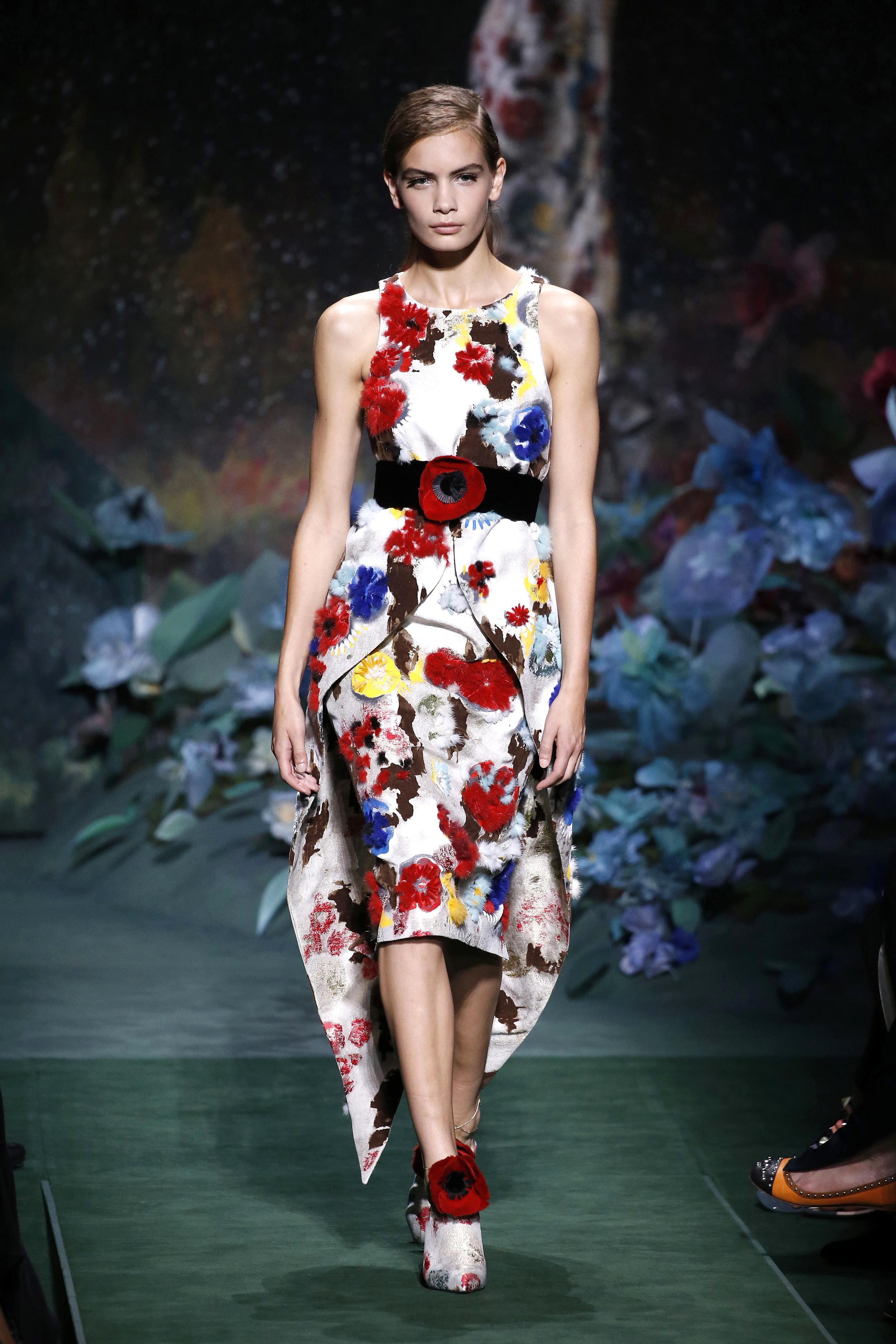 Paris Haute Couture Fall/Winter: In der Fendi Show trägt ein Model ein mit bunten Blumen besticktes Kleid