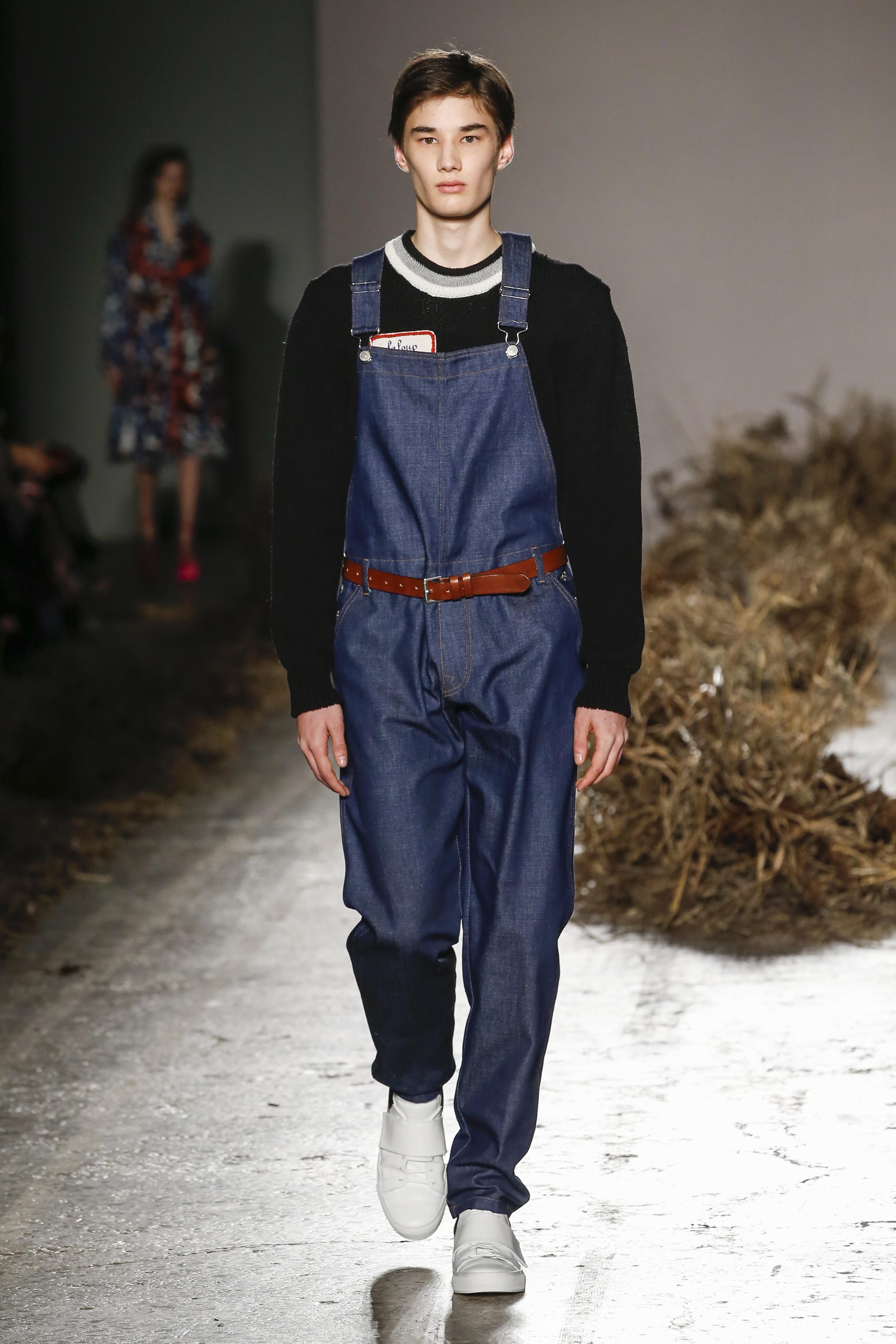 Milan Fashion Week Fall: Latzhose aus Jeansstoff bei Au Jour Le Jour (ddp images)