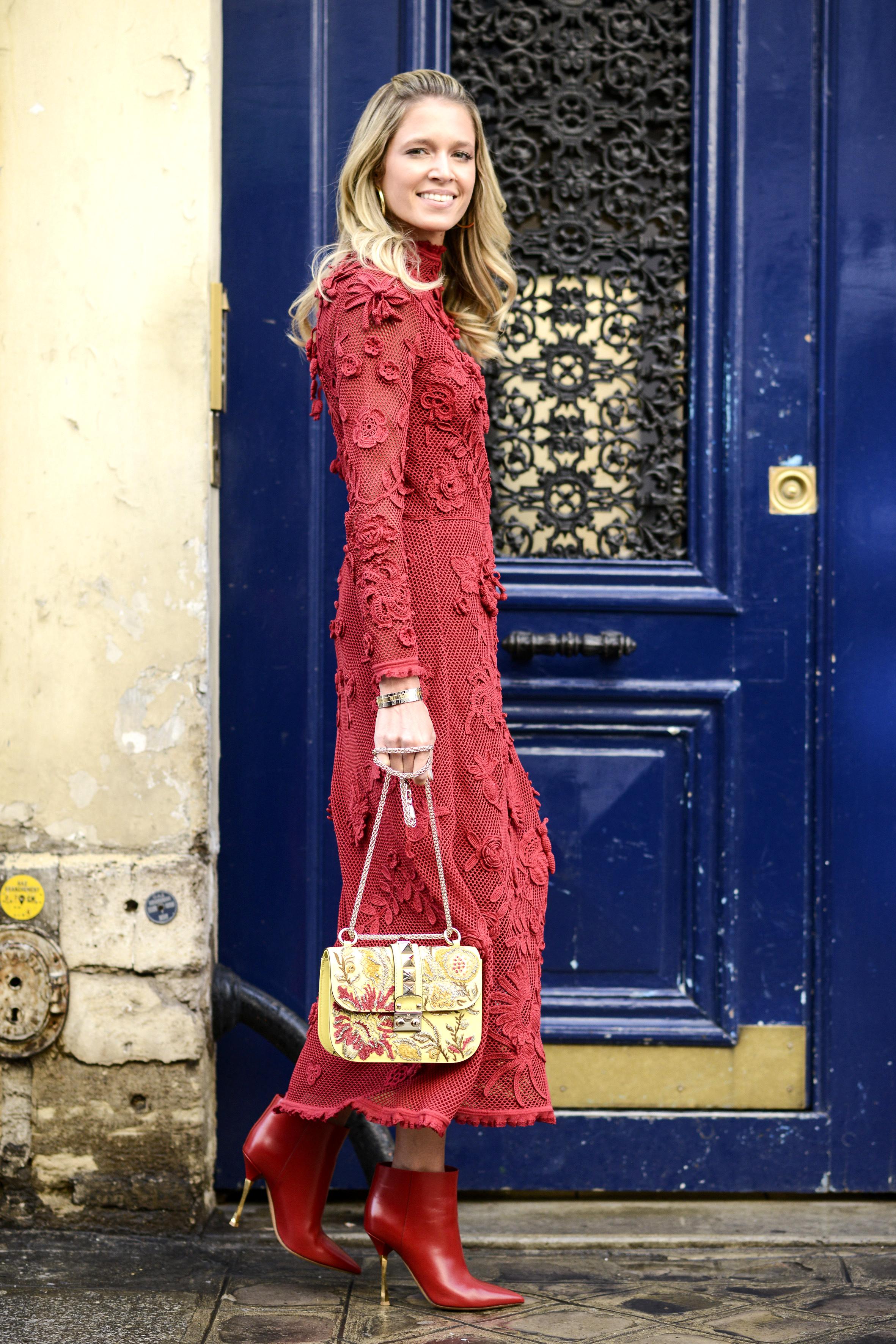 Paris Fashion Week: Eine Frau peppt ihr monochromes Kleid mit einer auffälligen Handtasche von Valentino auf (ddp images)