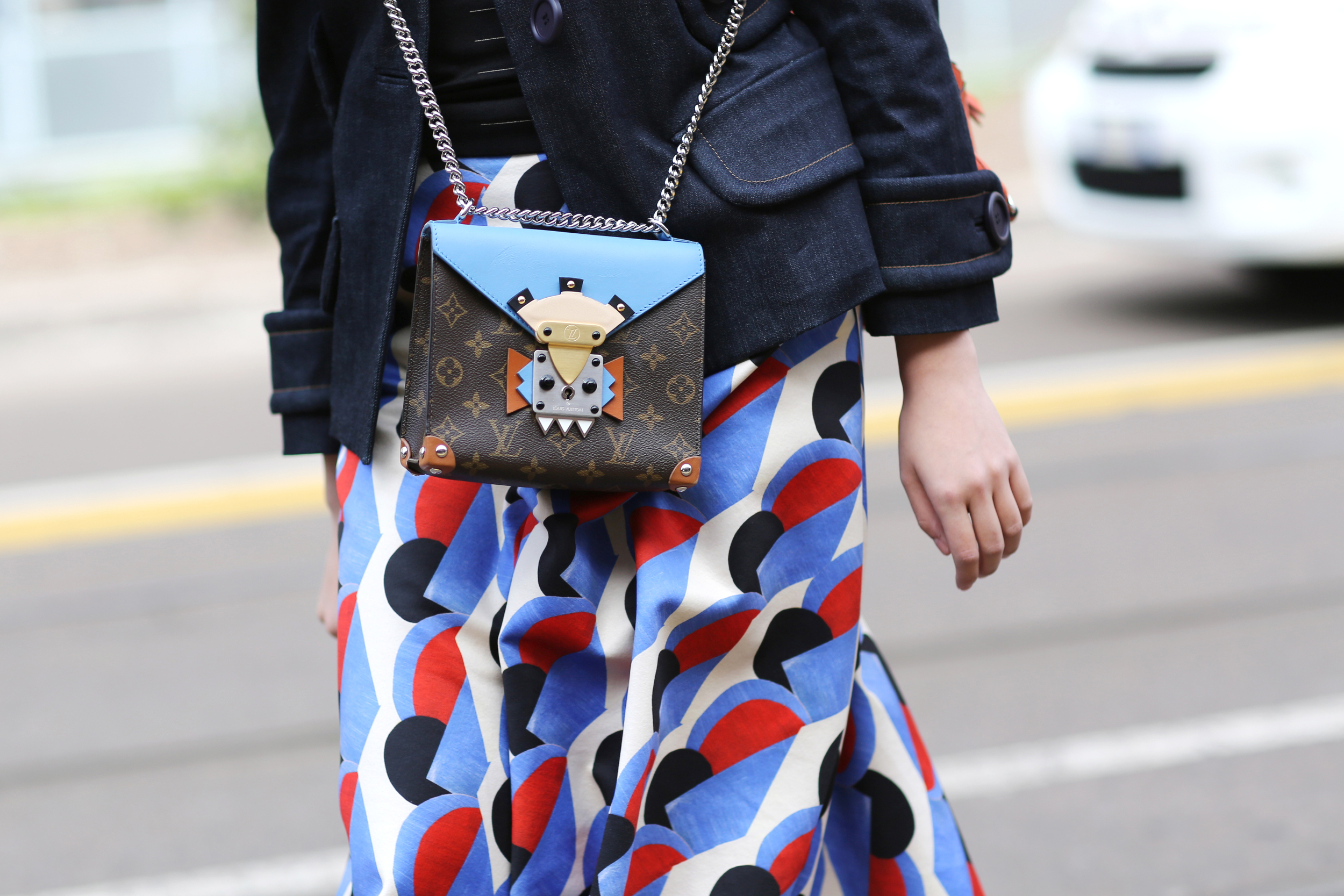 Milan Fashion Week Fall: Street Style mit Bag von Louis Vuitton (ddp images)