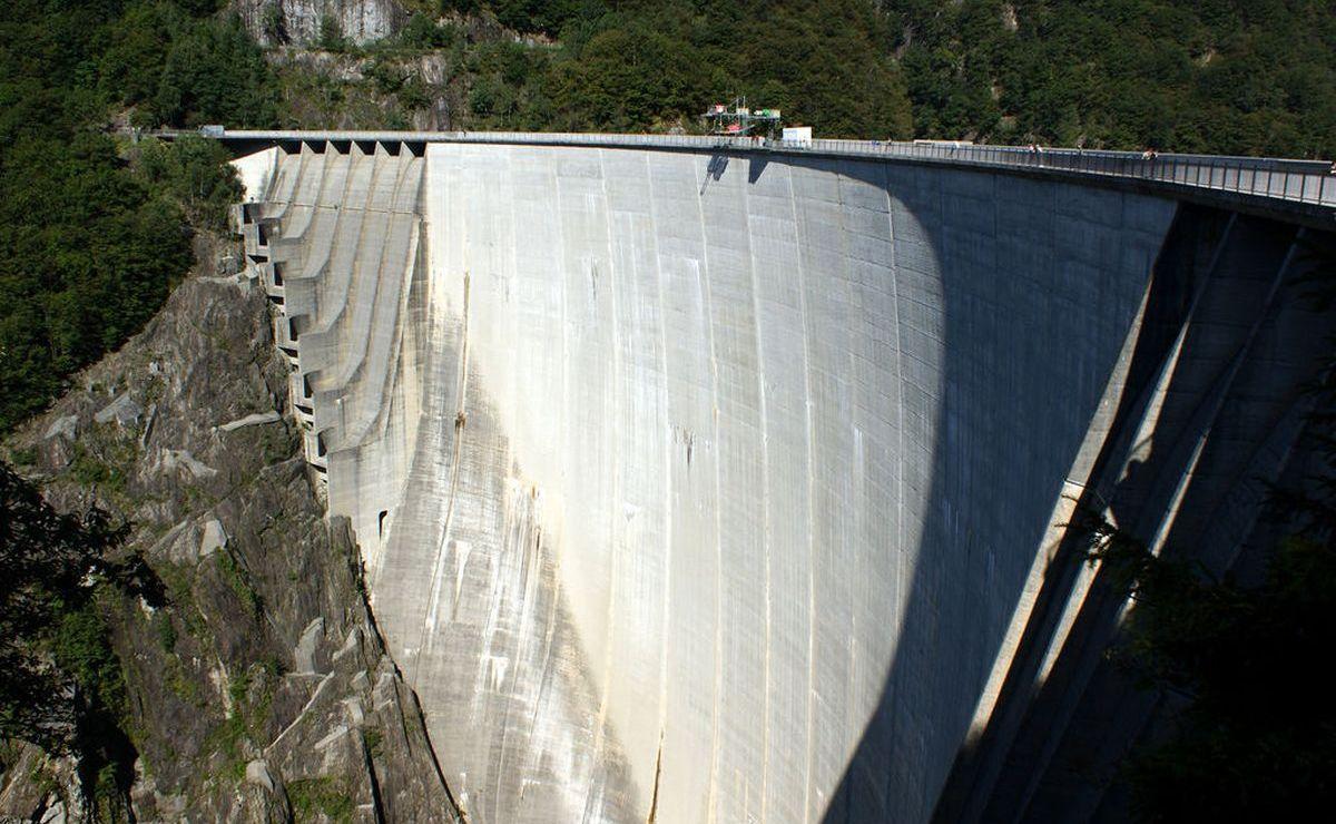 Bungee-Jumping wie James Bond am Verzasca-Staudamm