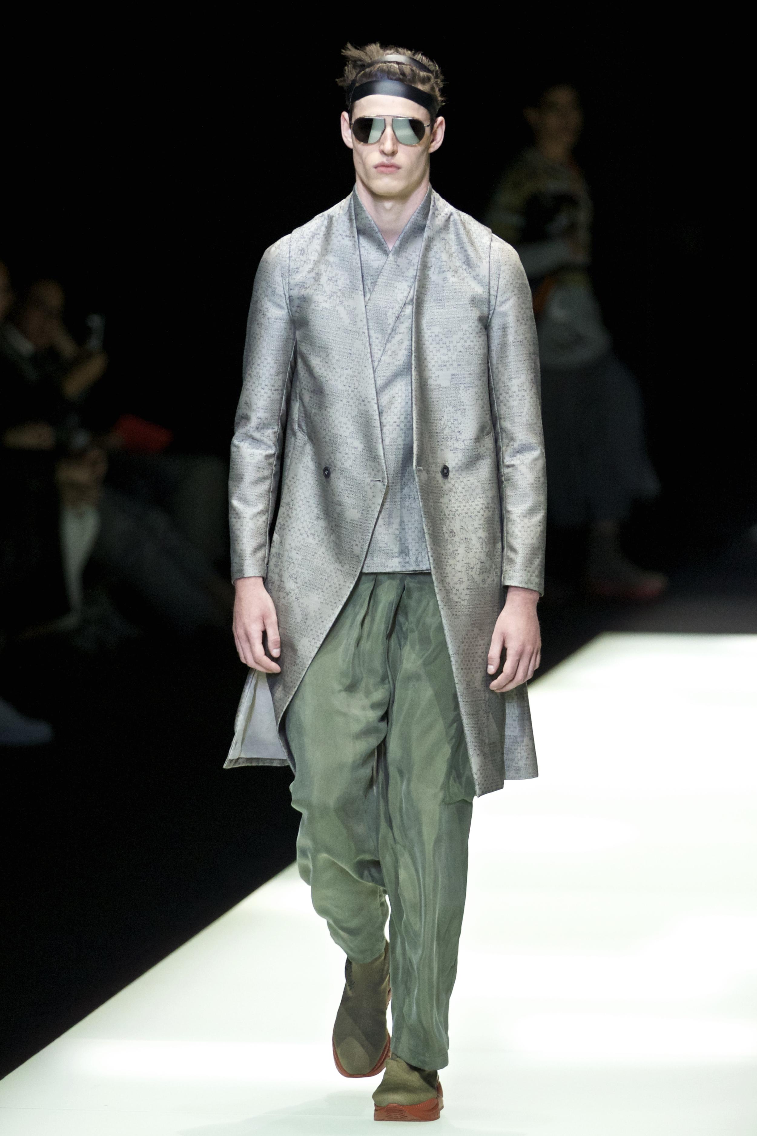 Milan Fashion Week Spring Summer: Emporio Armani zeigt einen Mantel in Metallic-Silber in Kombination mit einer grünen Stoffhose