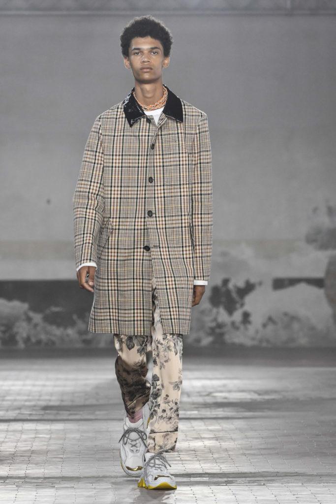 Milan Men's Fashion Week Spring: Kariertel Mantel mit schwarzem Kragen während der Show von N21