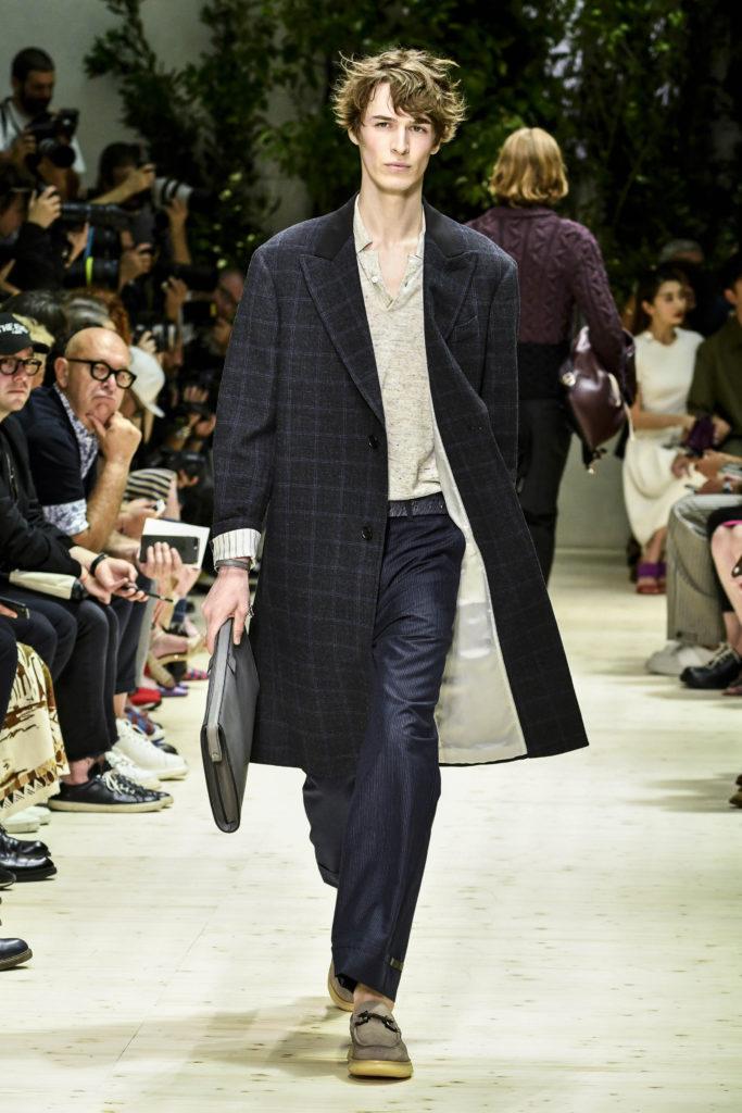Milan Men's Fashion Week Spring: Karierter Mantel mit dunkelblauer Hose bei Salvatore Ferragamo