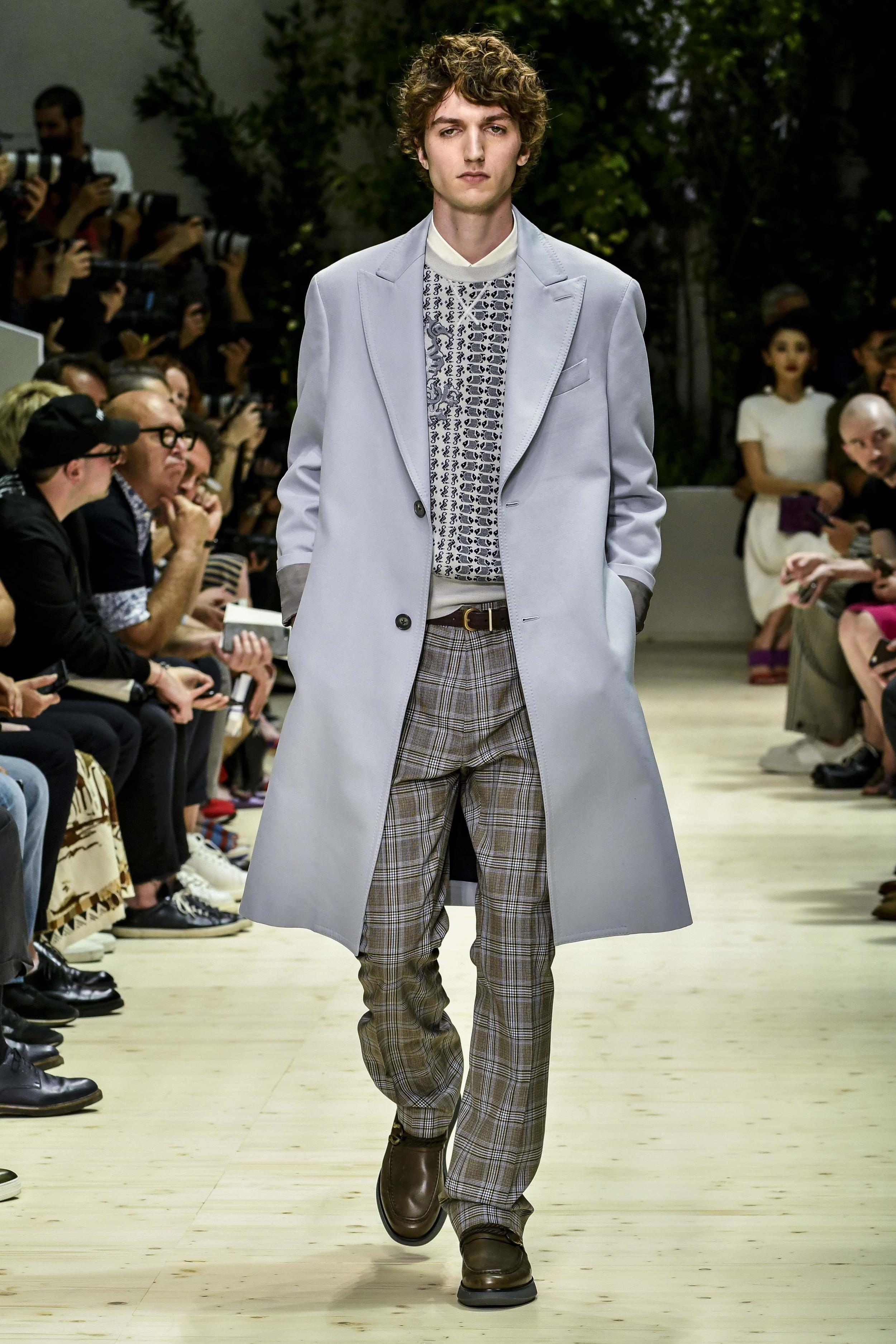 Milan Men's Fashion Week Spring Summer 2018: Ein taubengrauer Mantel in Kombination mit einer karierten Hose bei Salvatore Ferragamo