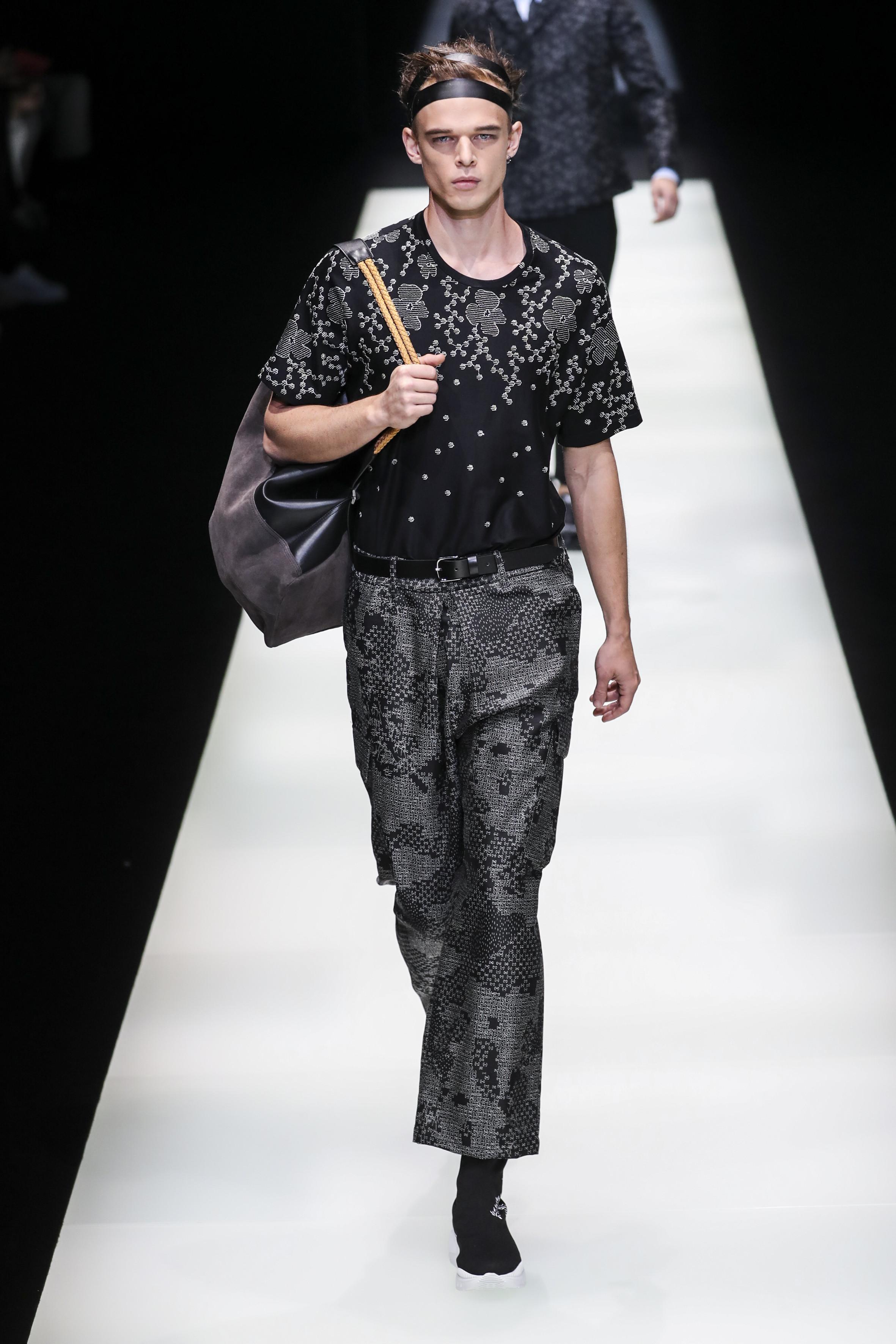 Milan Men's Fashion Week: Edles Schwarz mit eleganten Mustern in der Show von Emporio Armani