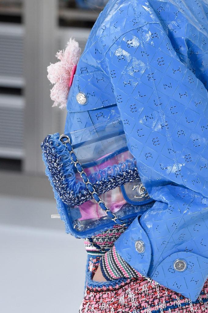 Paris Fashion Week Spring: Transparente Tasche mit blauen Details bei Chanel