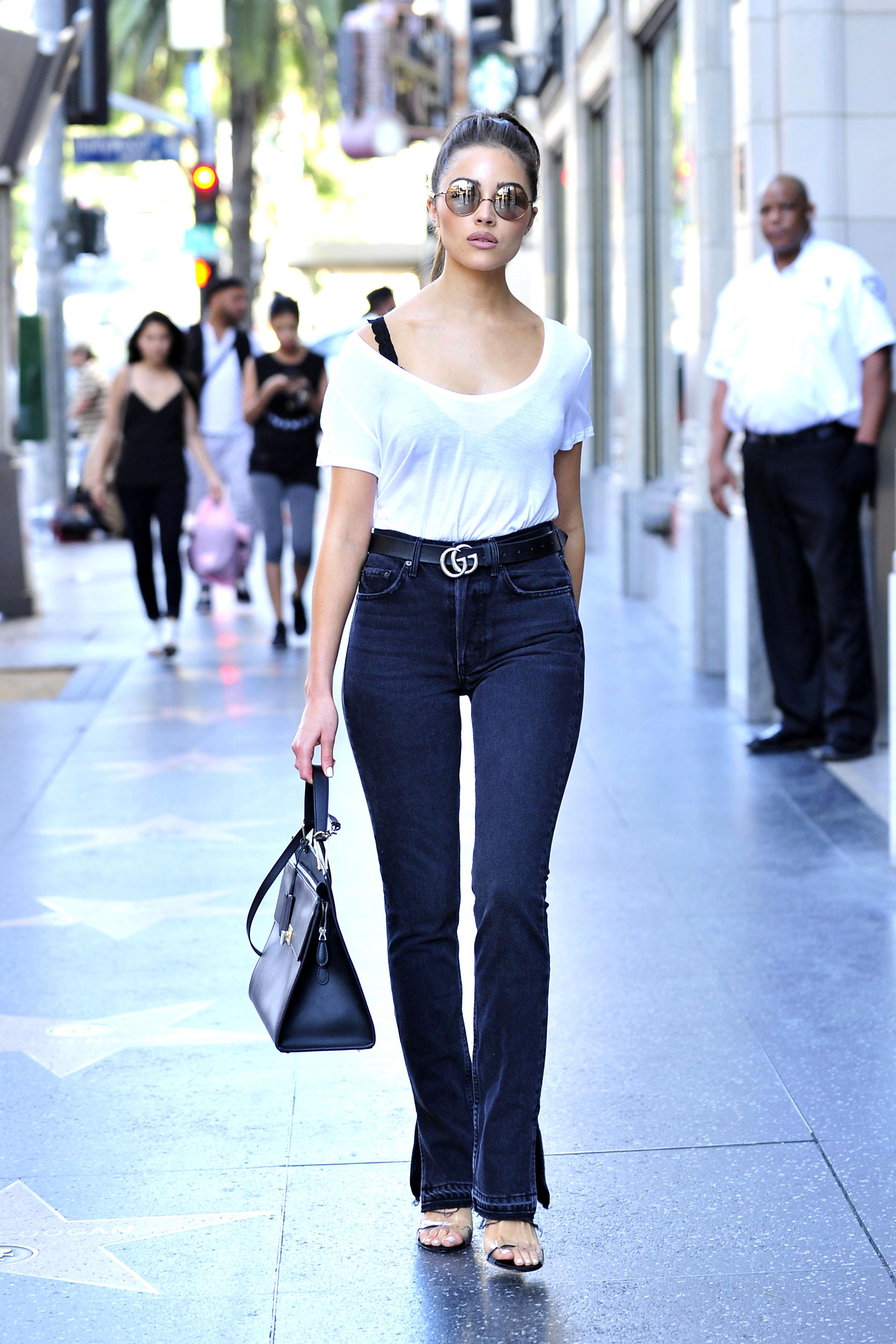 Olivia Culpo kombiniert den Gürtel von Gucci als Casual Look zu einer Schlaghose