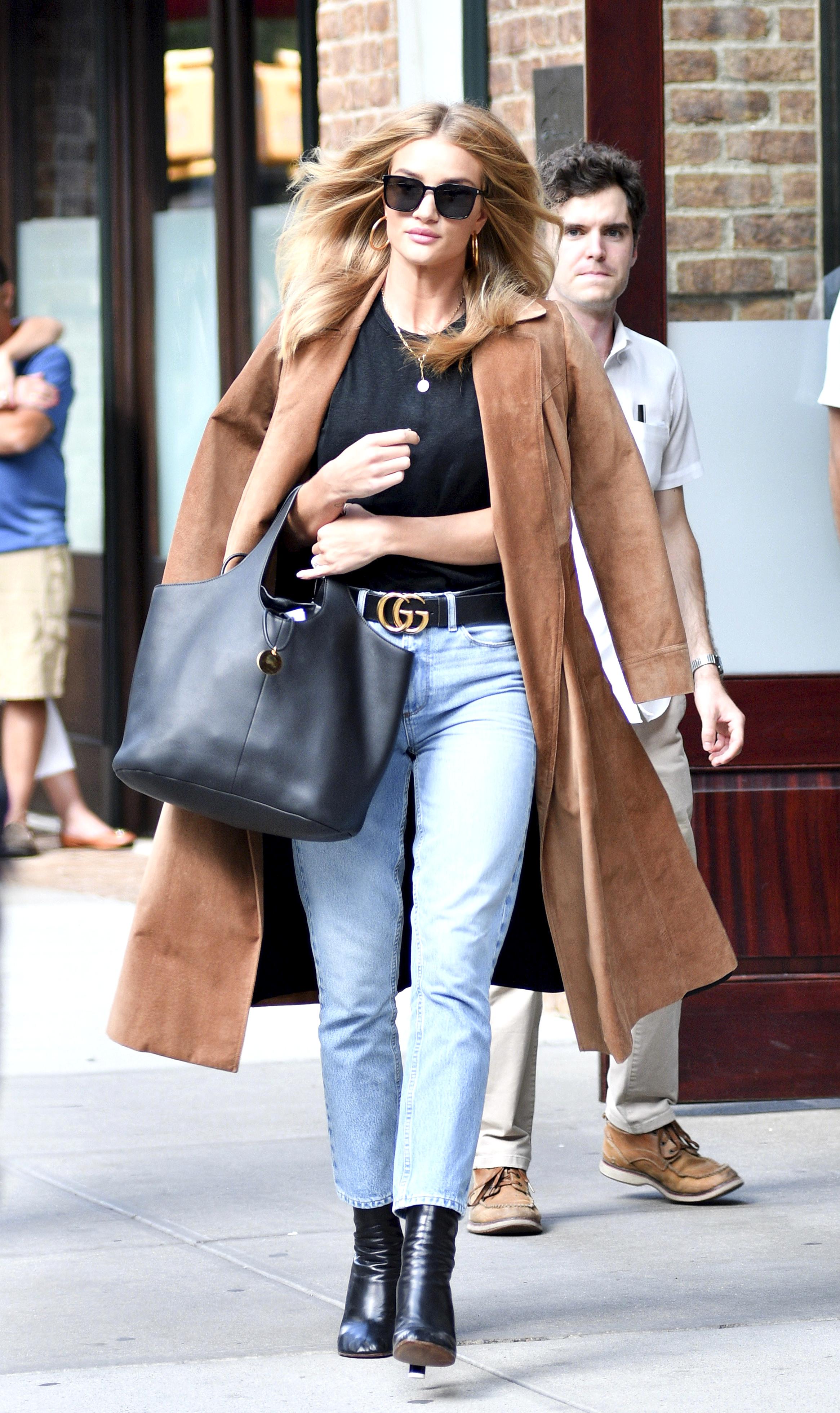 Rosie Huntington-Whiteley trägt den Gucci-Gürtel zu einem Basic Outfit