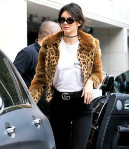 Kendall Jenner mit Gucci-Gürtel und Animal Print-Jacke