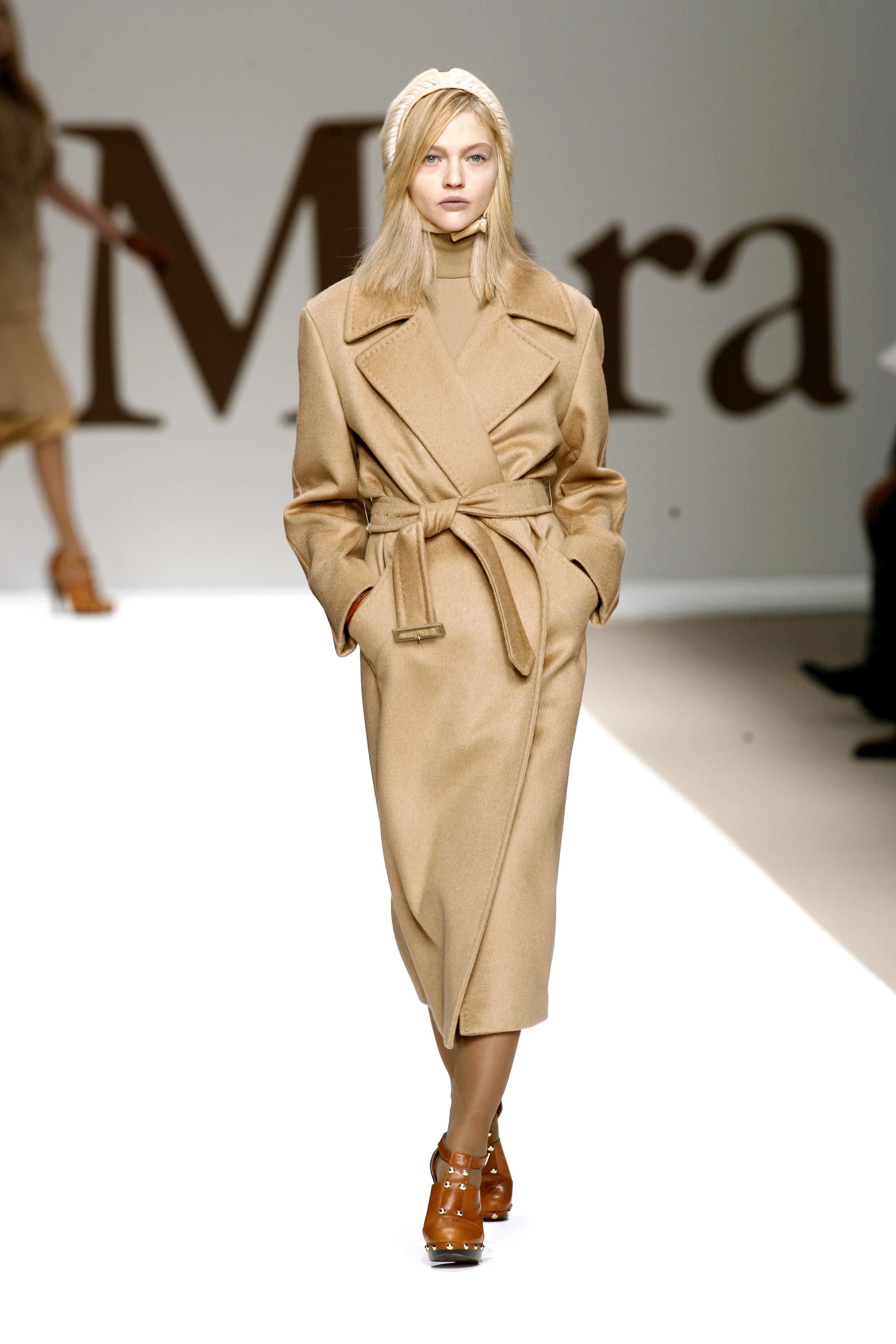 Milan Fashion Week Ready to Wear: Ein Model mit Nietenboots in der Show von Max Mara