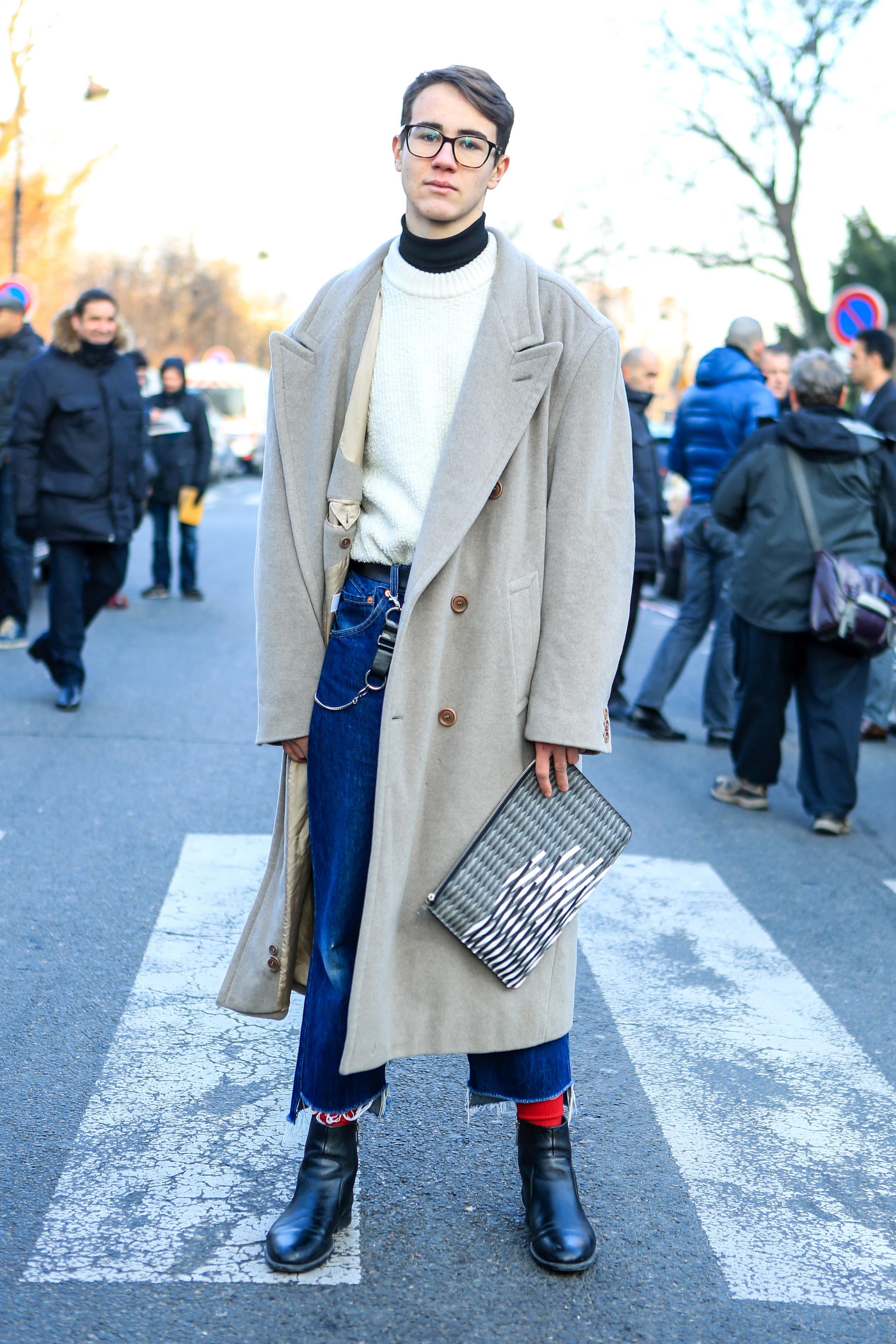 Street Style: Mann mit Handtasche während der Paris Fashion Week
