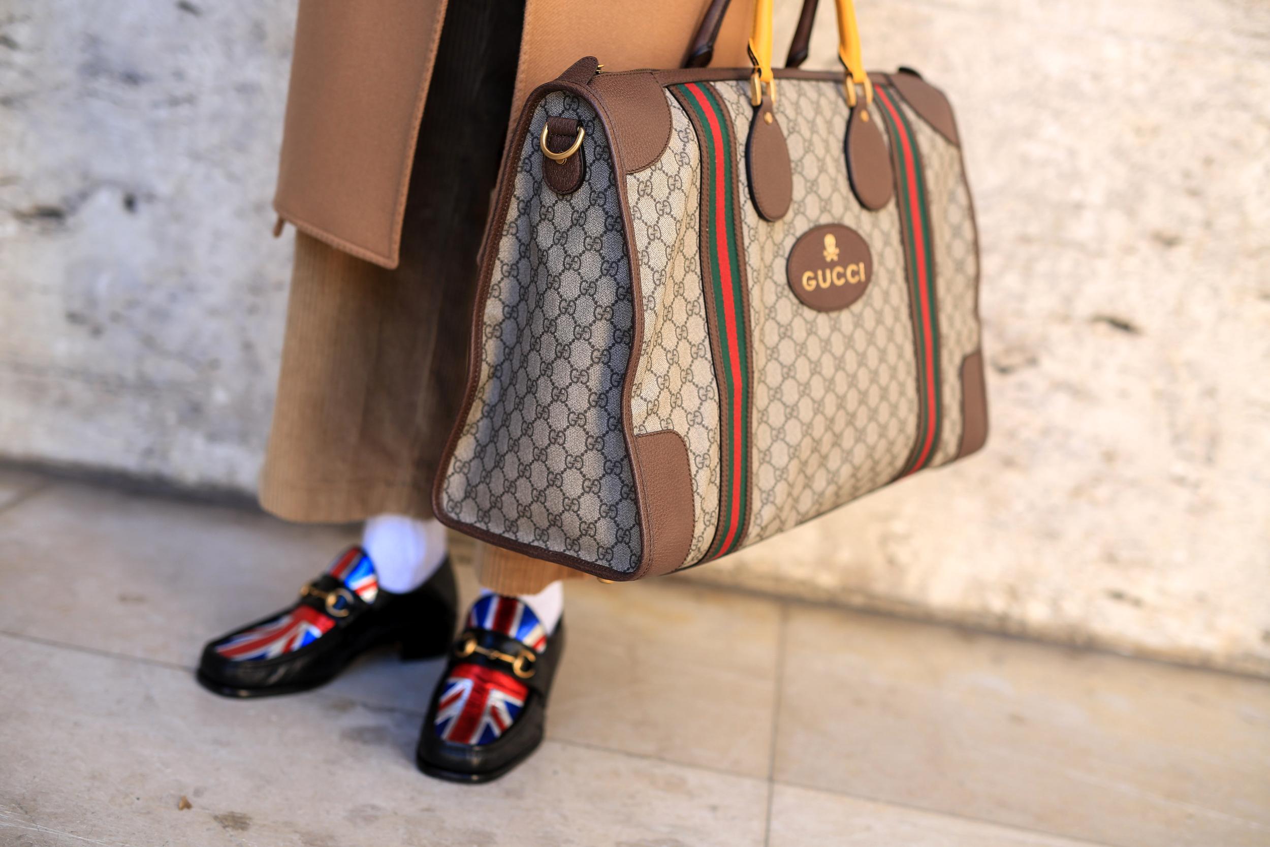 Gucci-Weekender-Tasche als Street Style während der Paris Fashion Week