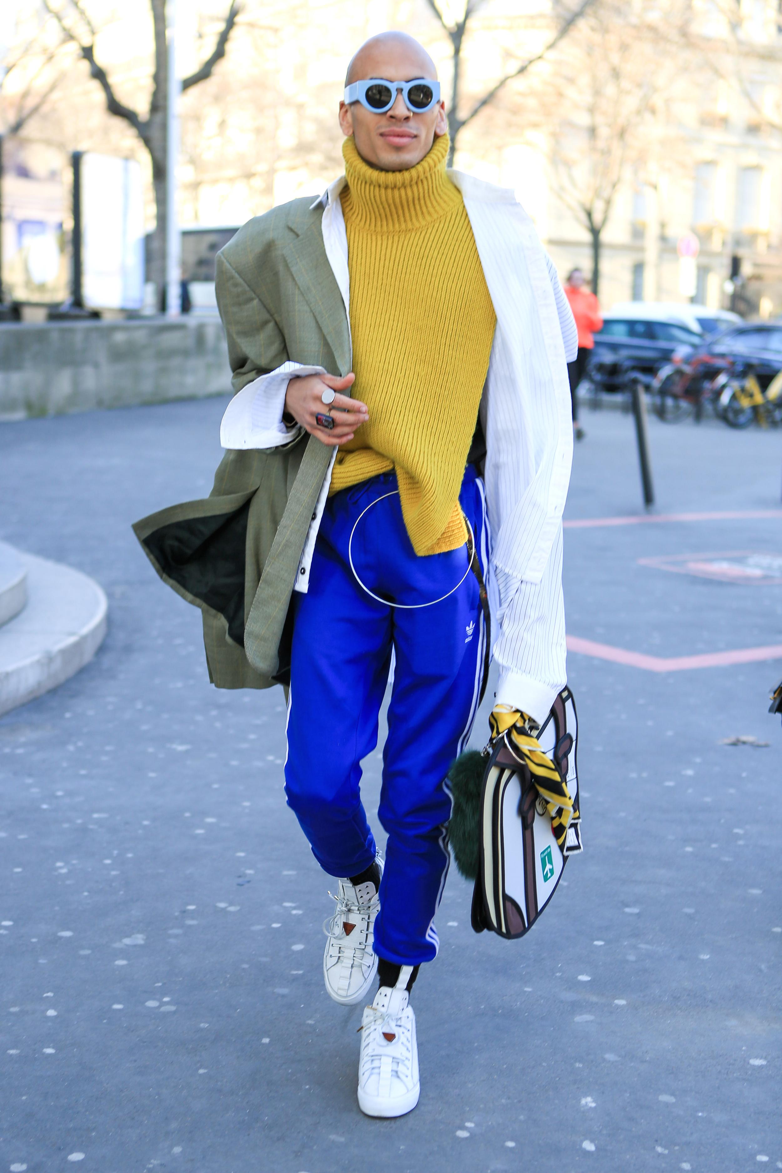 Street Style in Paris mit auffälliger Herrenhandtasche