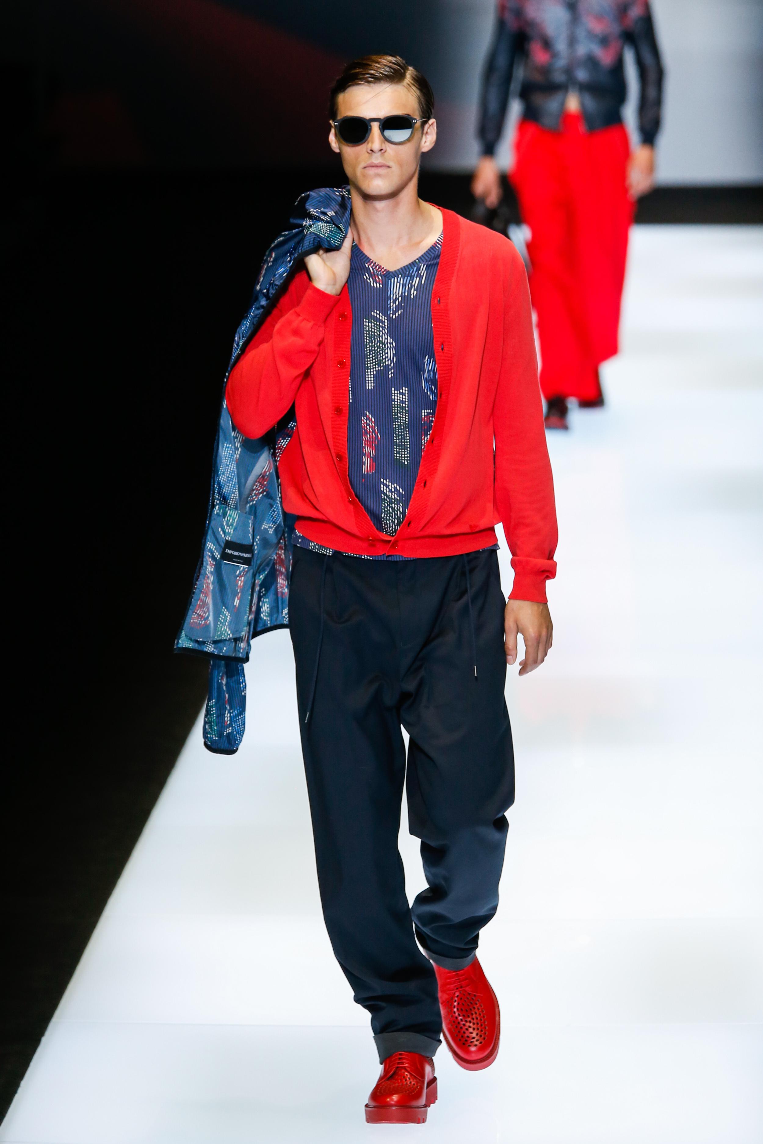 Milan Fashion Week Spring 2017: Stimmiger Look - Rote Strickjacke zu roten Herrenschuhen bei Emporio Armani