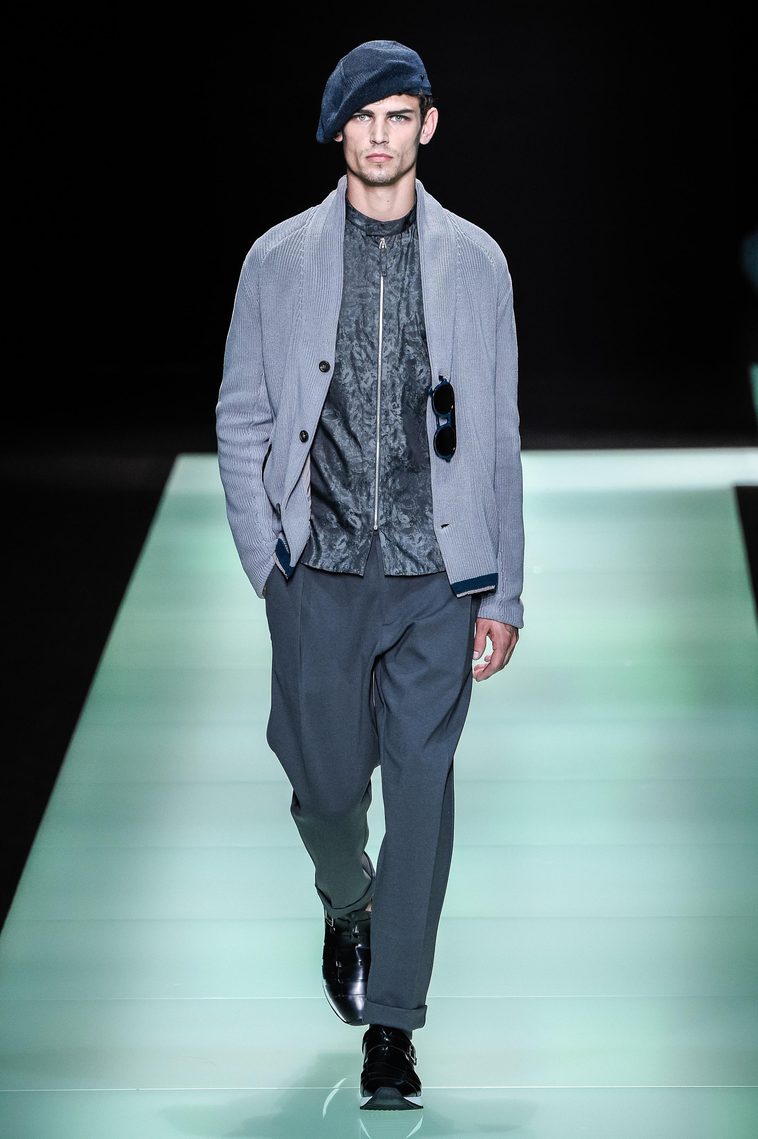 Milan Fashion Week: Ton in Ton-Look bei Emporio Armani mit passender Strickjacke (ddp images)