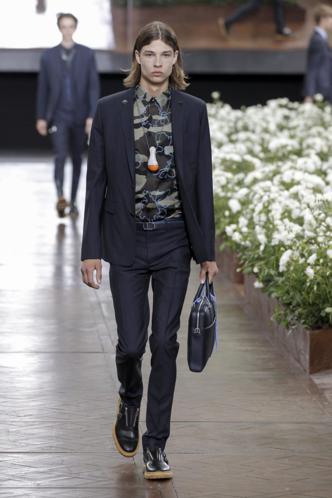 Paris Fashion Week Spring 2016: Dunkler Anzug mit Camouflage-Hemd bei Dior Homme